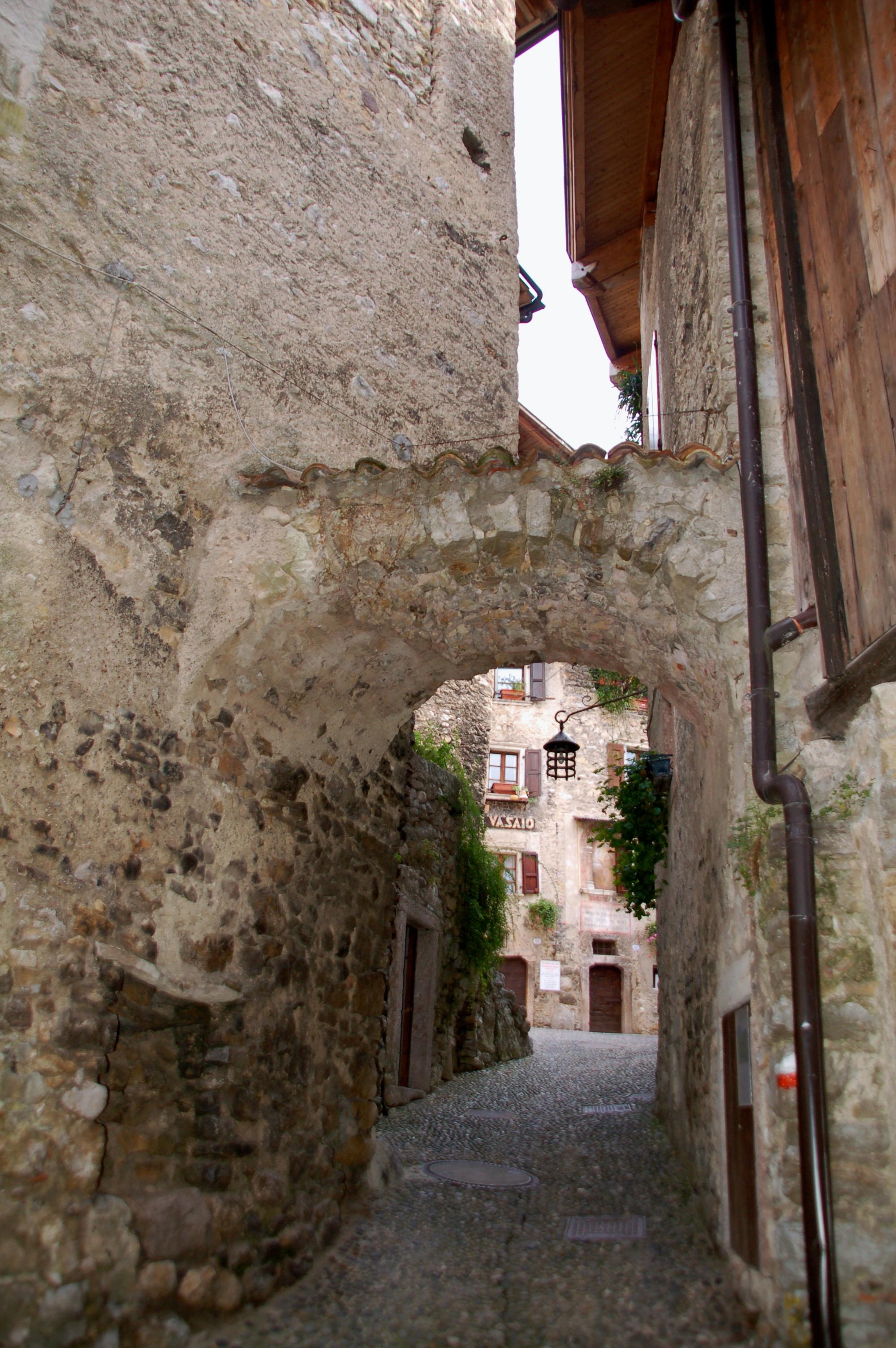 Torbogen in Gasse von Canale di Tenno Borgho