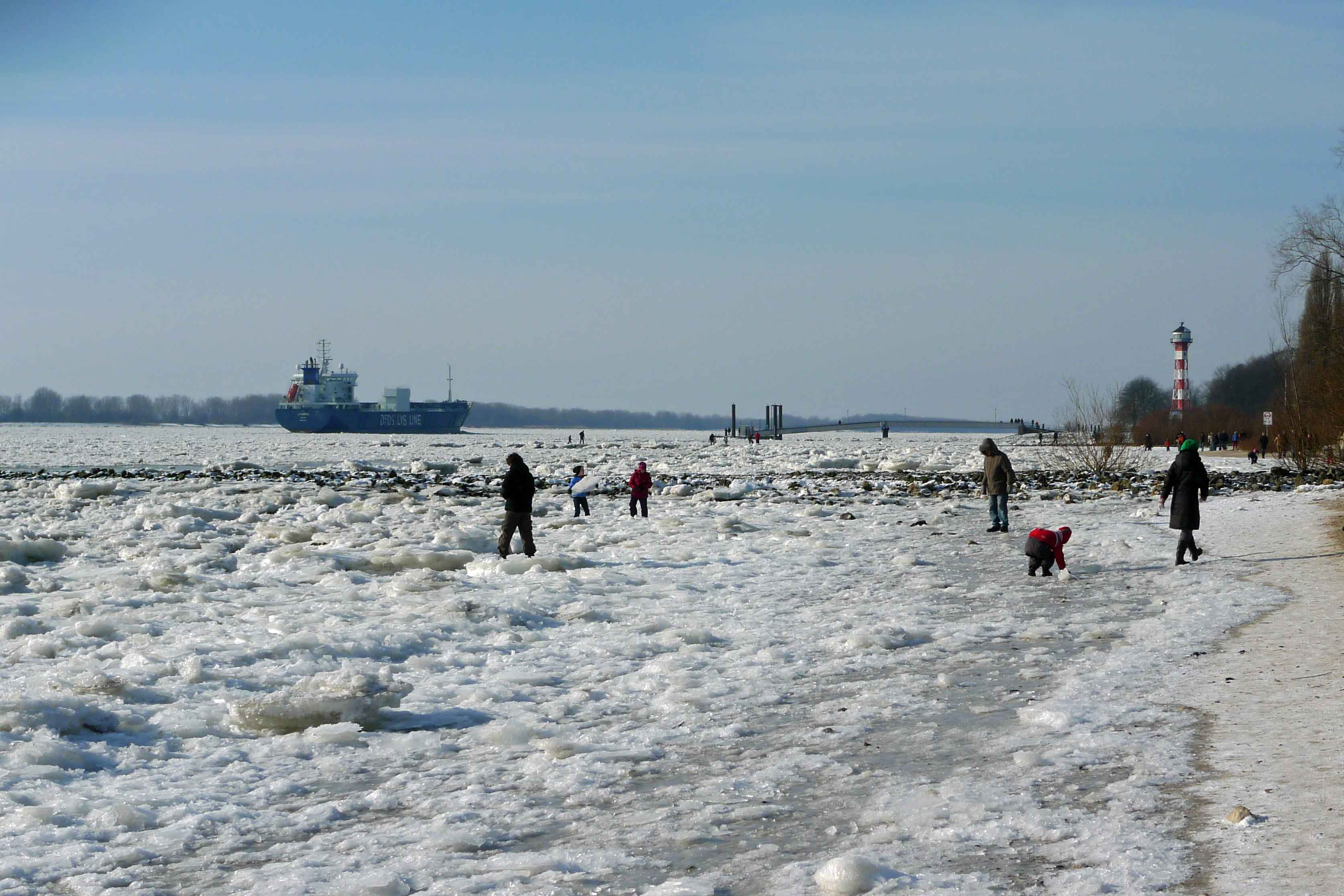 Winter_elbe_Eis_Schiff