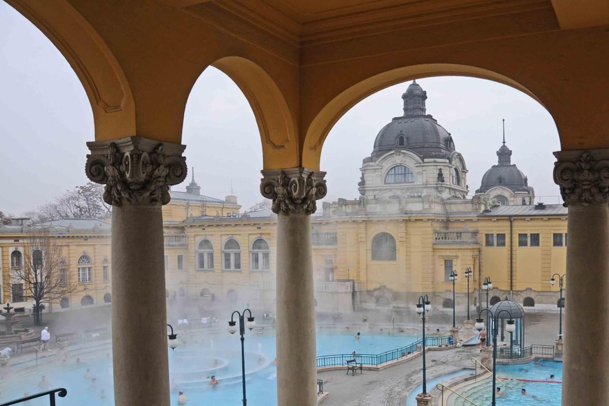 Baden in schöner Kulisse - im Széchenyi Bad in Budapest