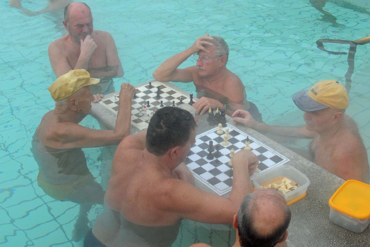 Schachspielen im Bad