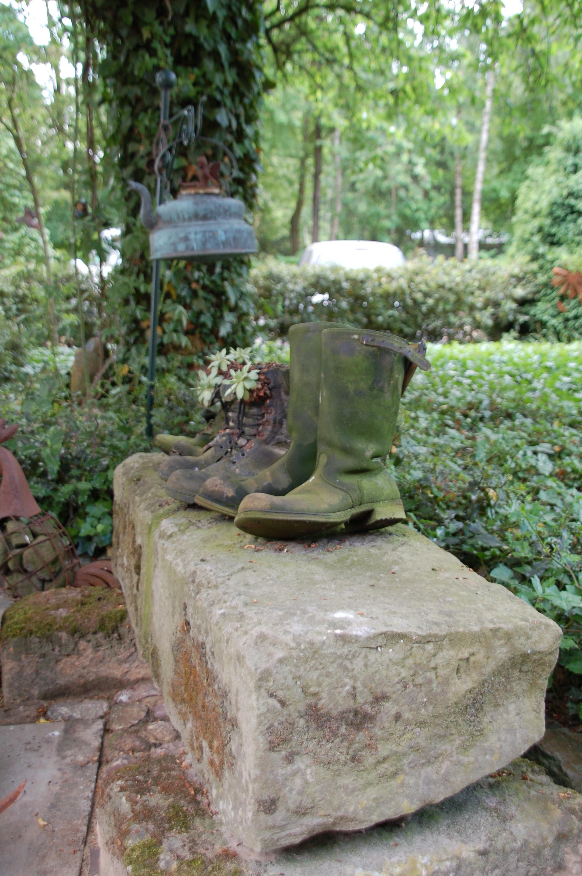 Alte Stiefel auf Sandstein, verwittert