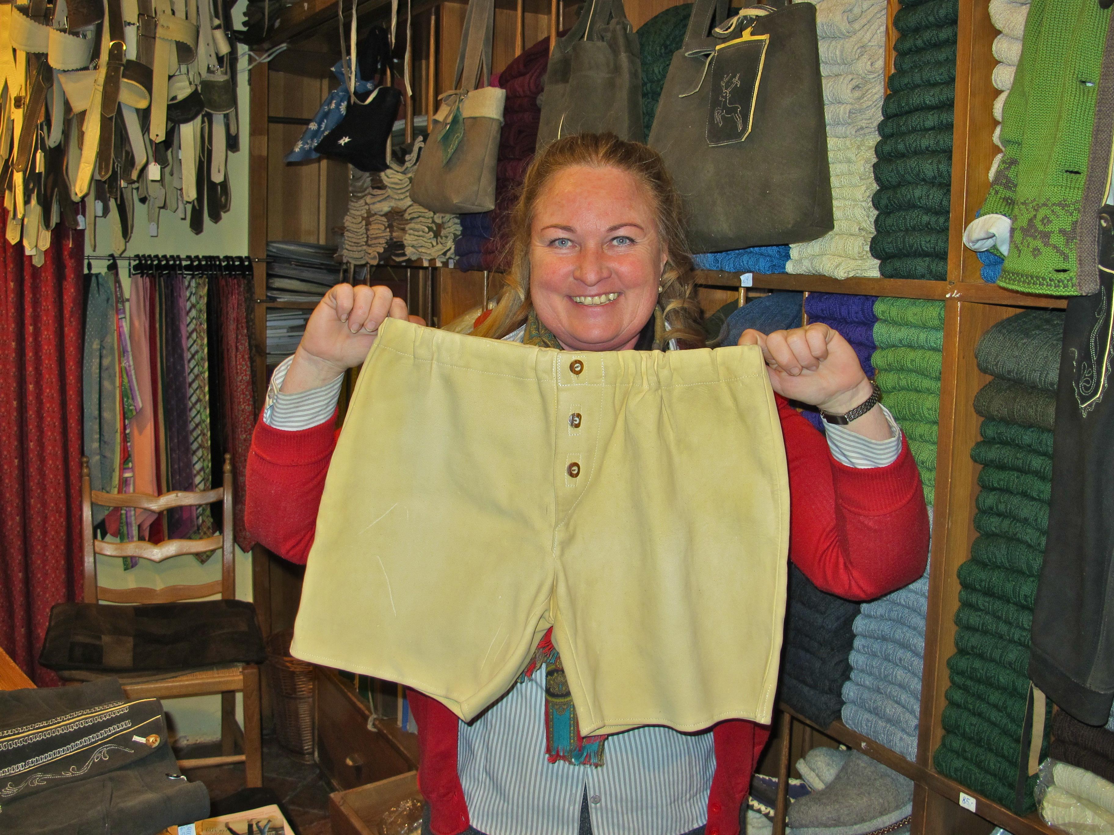 Auch unten drunter soll's schick sein: Die lederne Unterhose für den Mann, stolze 400 Euro.