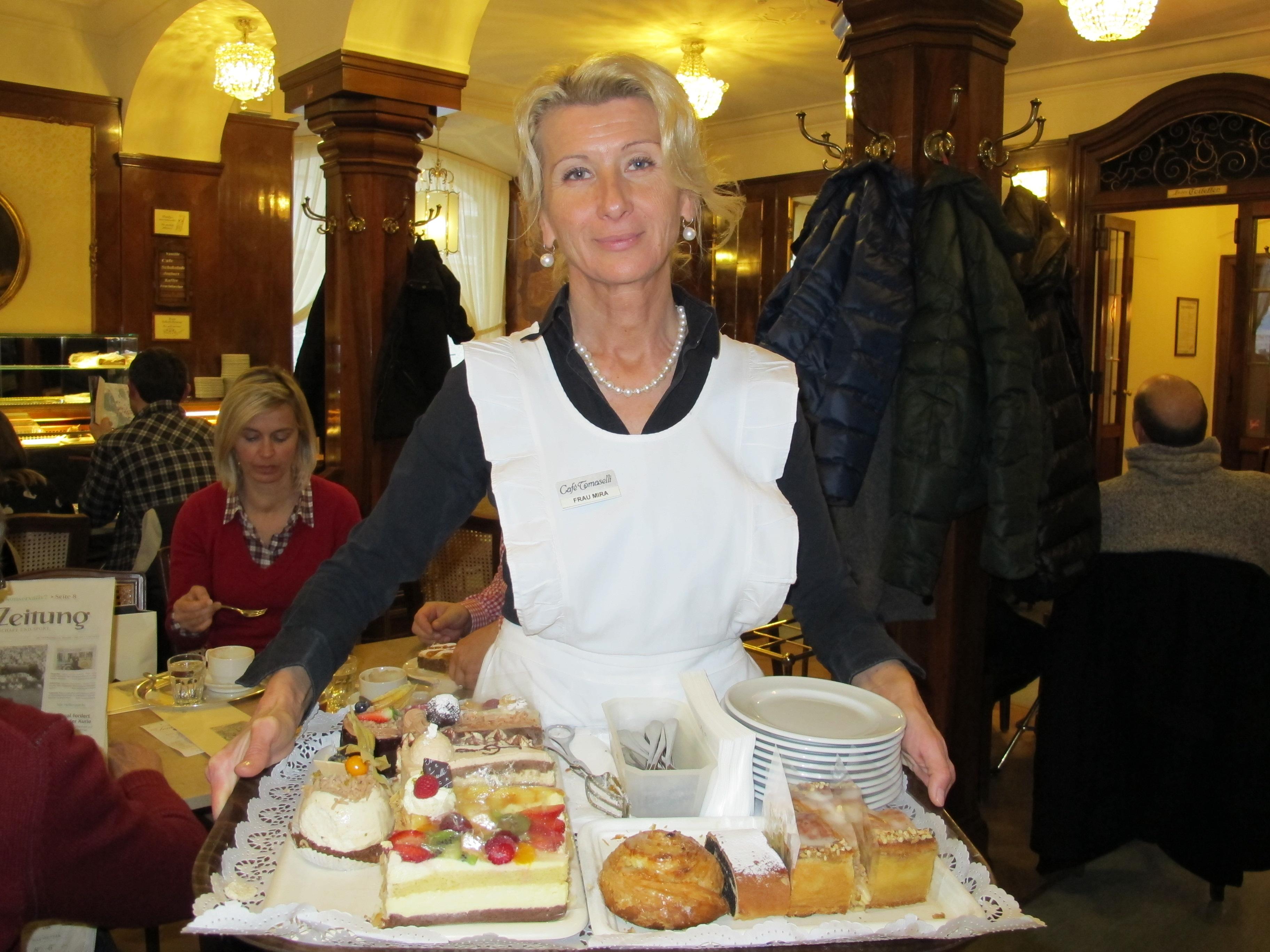 Tradition im Café Tomaselli (Alter Markt 9): Im ältesten Café Salzburgs kommt die Kellner gleich mit einem ganzen Kuchentablett an den Tisch.