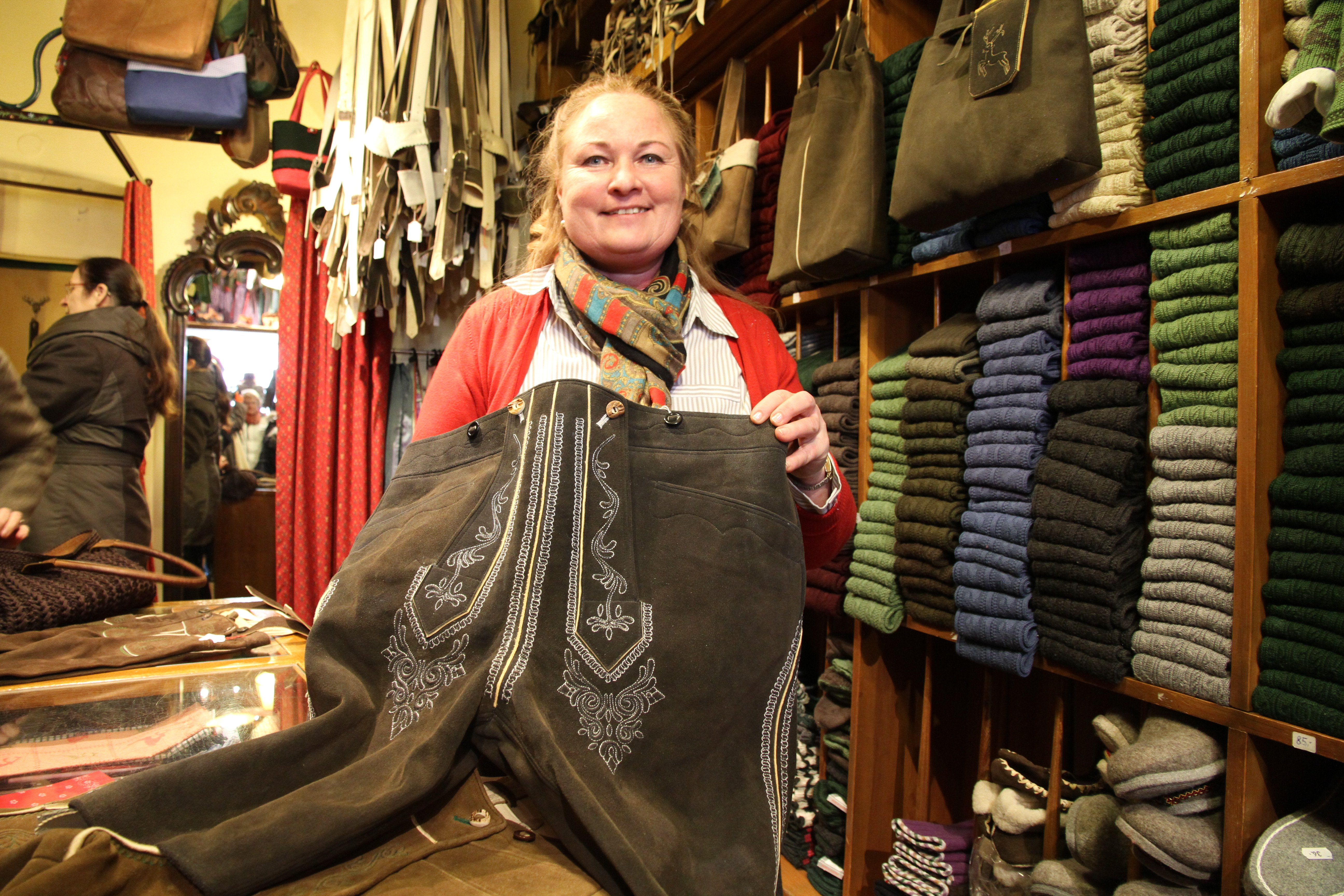 Die echte Salzburger Tracht: Bei Jahn-Markl (Residenzplatz 3) kostet die Lederhose rund 2900 Euro.