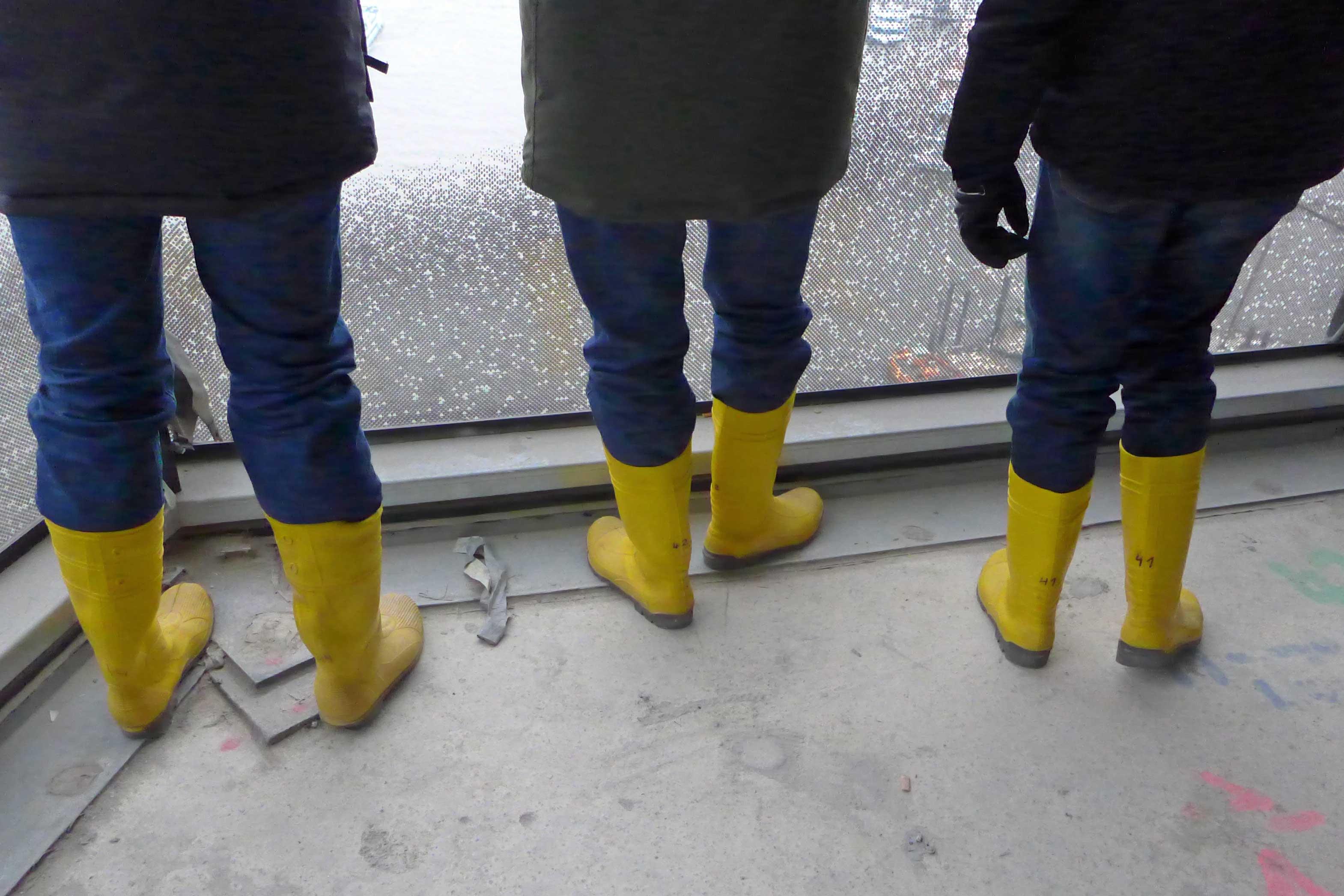 Ohne die geht gar nichts: Gelbe Gummistiefel sind ein Muss für alle Baustellenbesucher.