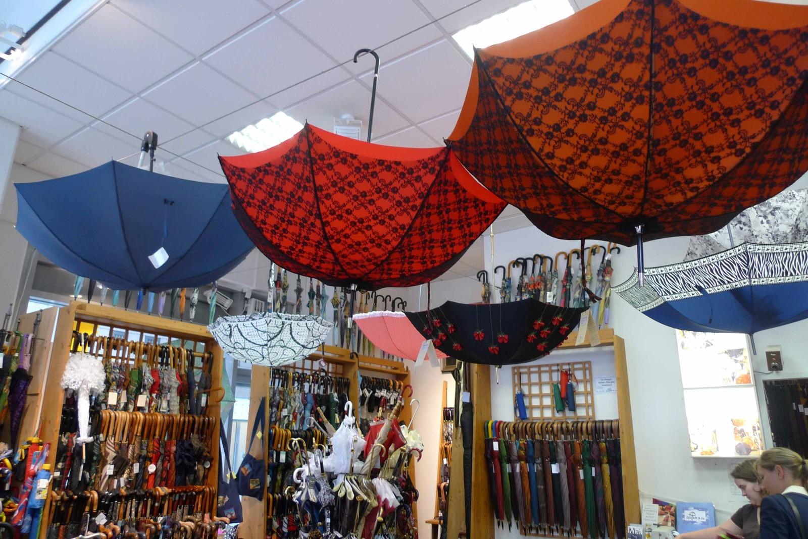 Im Schirmeladen gibt es für jeden Anlass, Typ und Geldbeutel den passenden Schirm