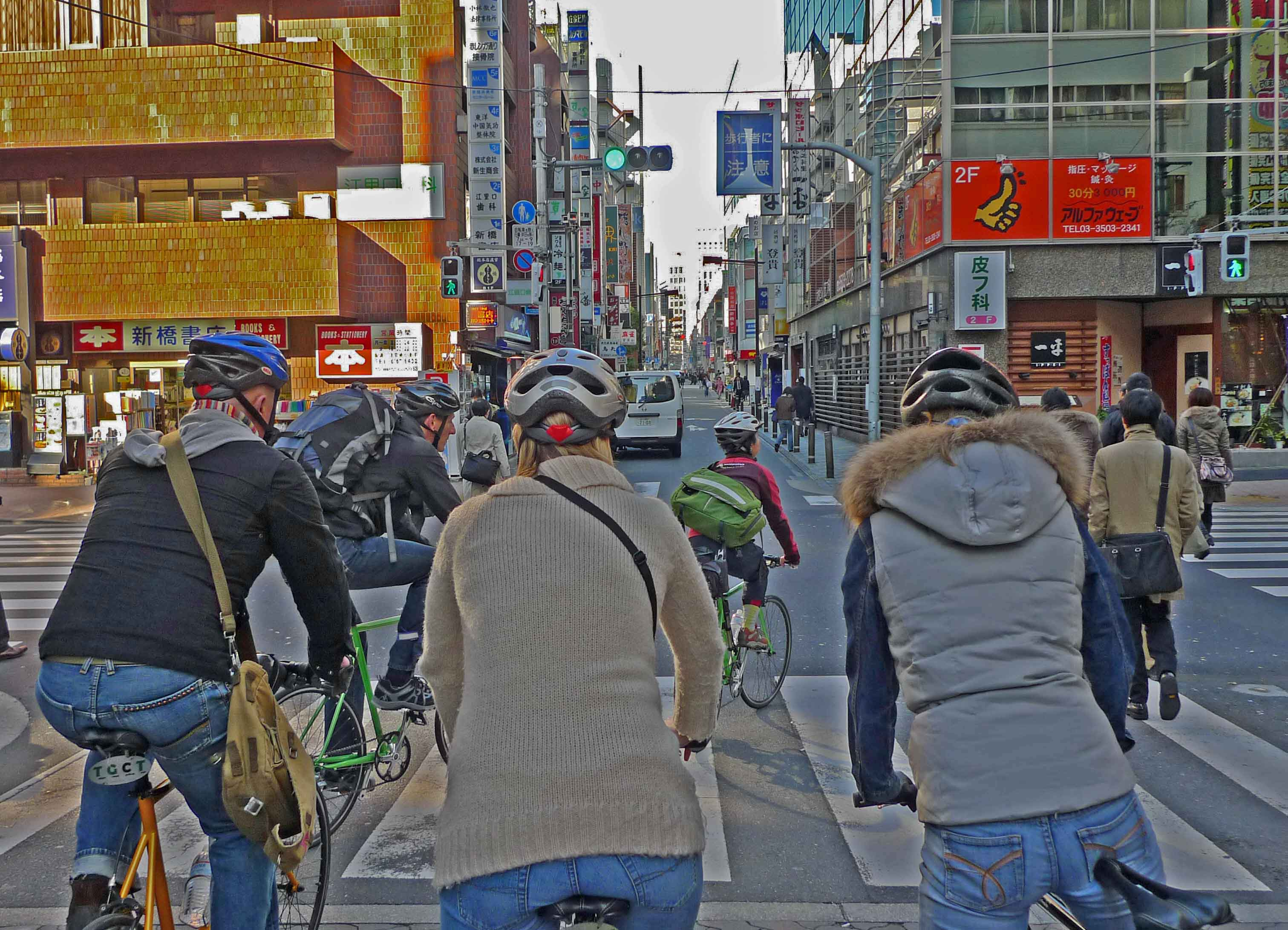 Deutsche radeln durch eine Tokioter Straße