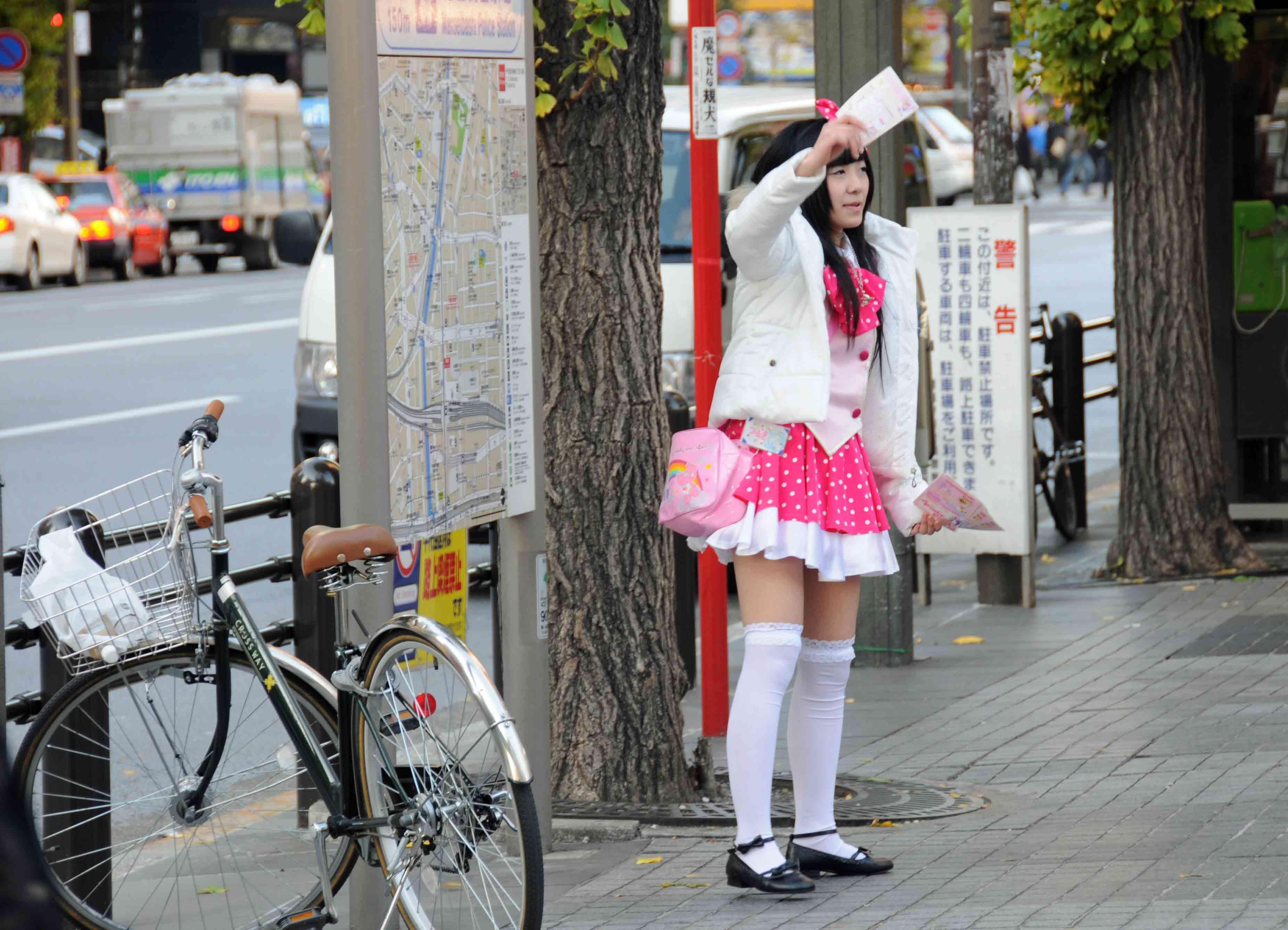 Ein junges Mädchen in einer Art rosa-aufgerüschten Schuluniform