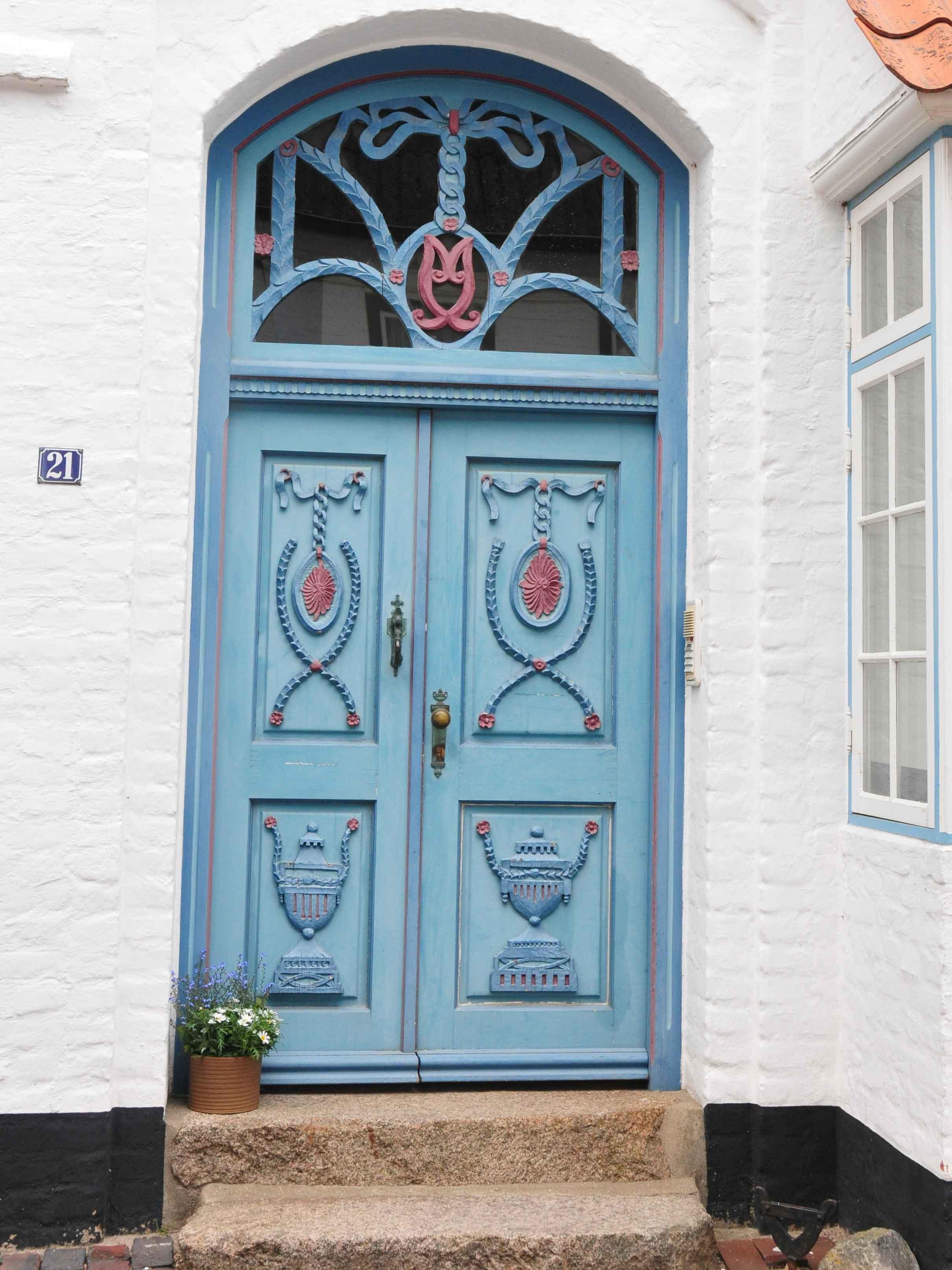 Alte, blaue Holztür in der Wasserreihe