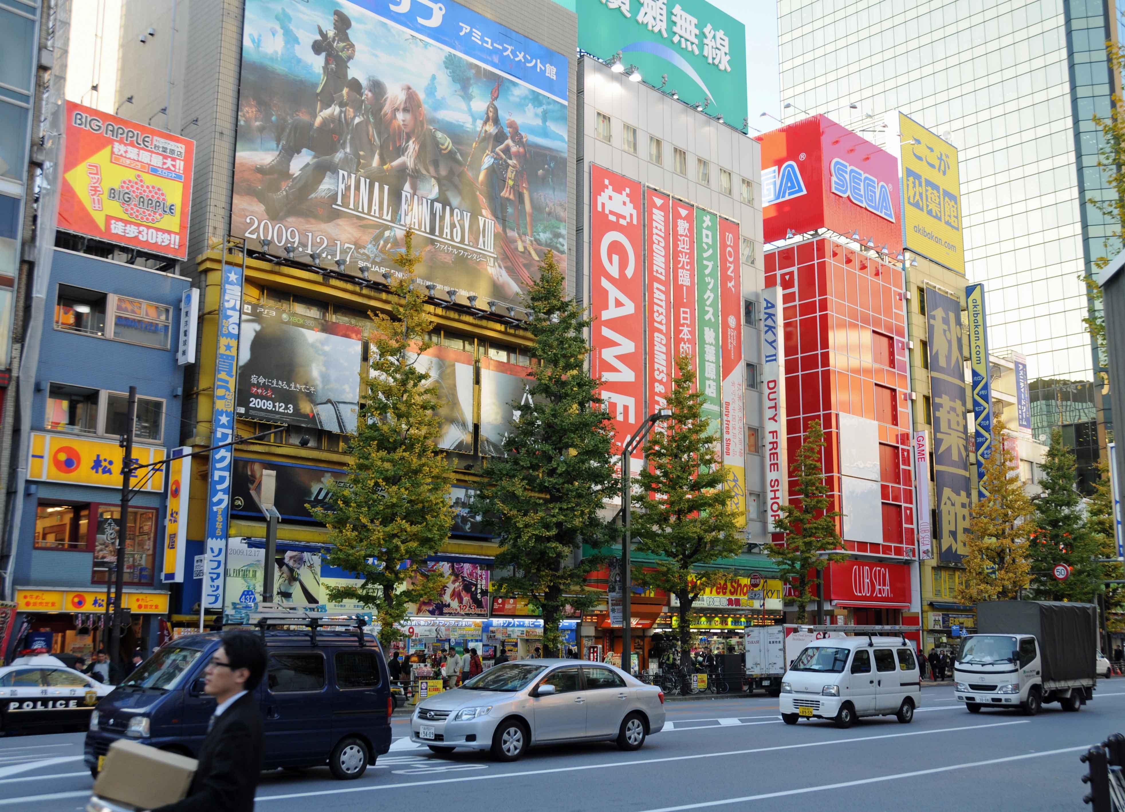 Bunt blinkende Werbetafeln in Tokio