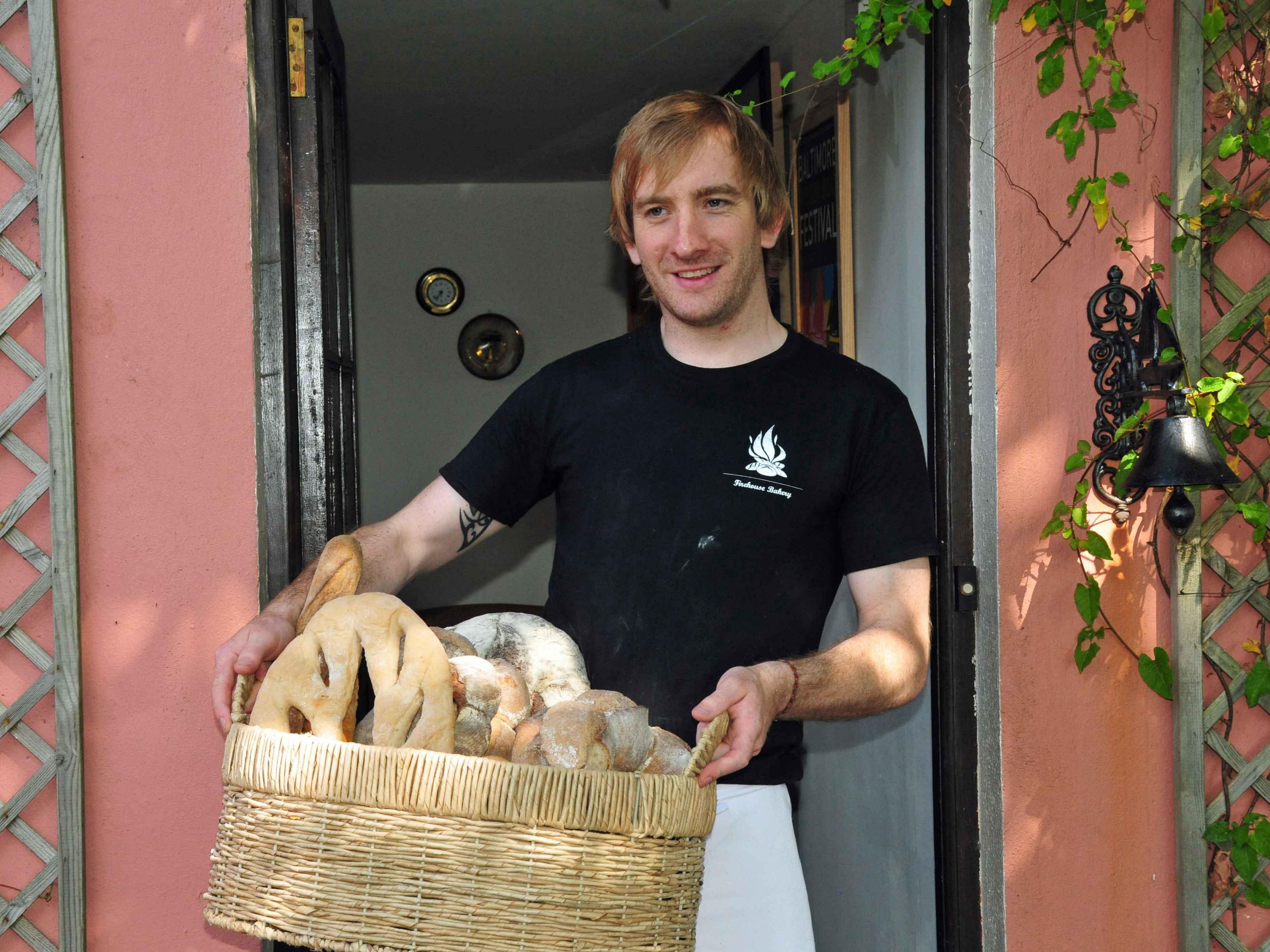Patrick Ryan mit einem Korb Brote