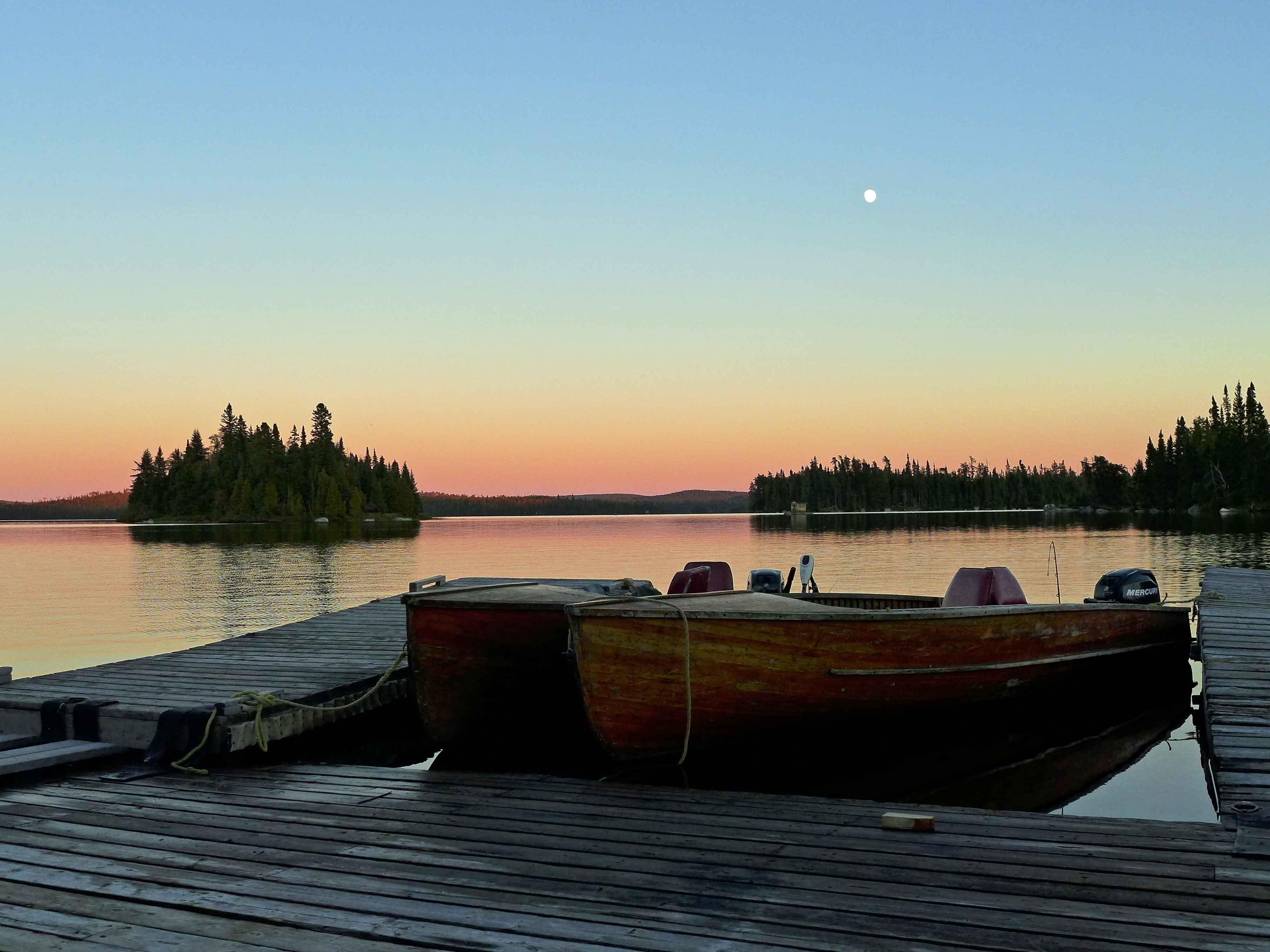 Boote in der Abenddämmerung mit Mond