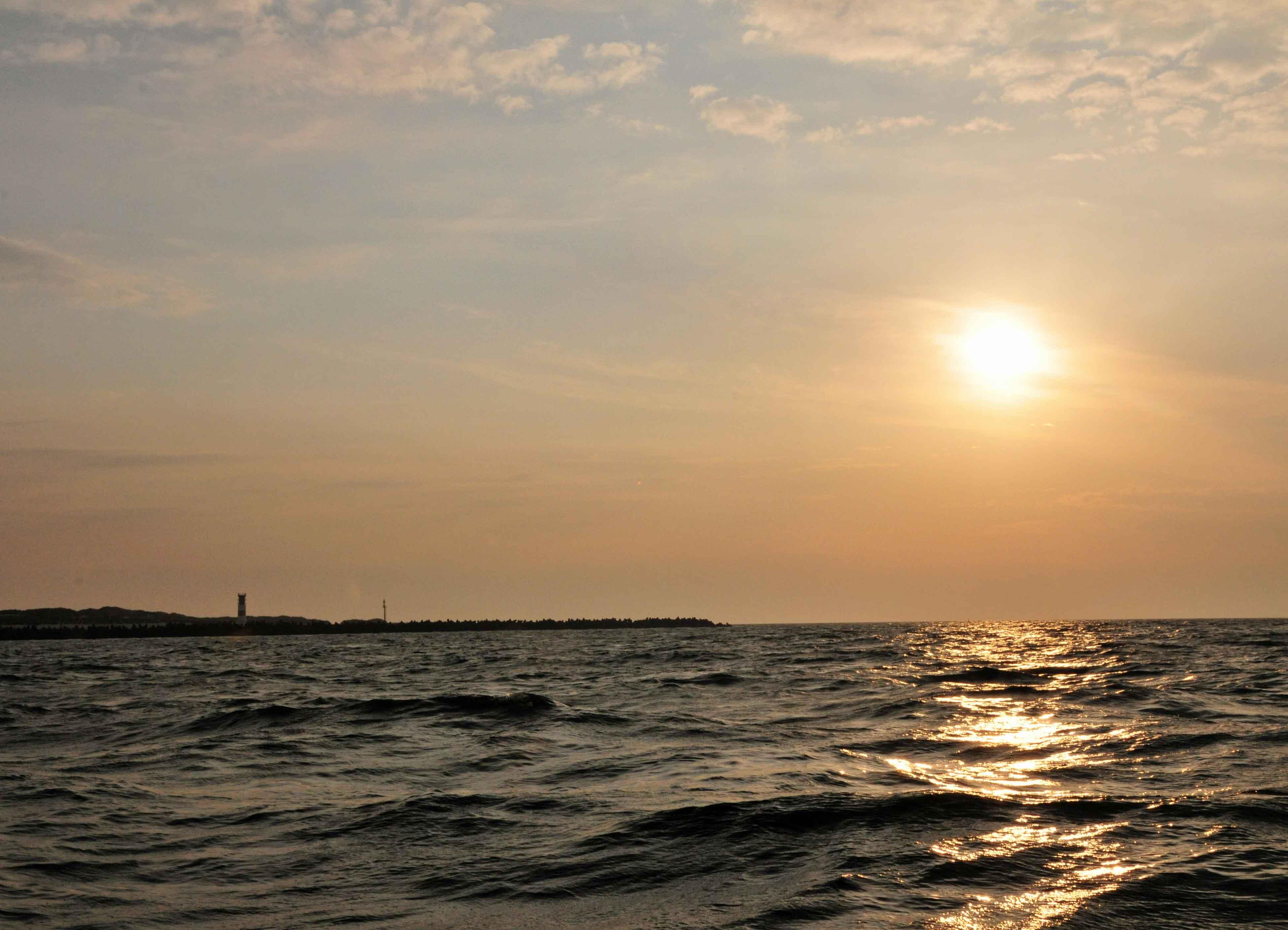 Sonnenaufgang über der Helgoländer Düne. Bestimmt habe ich tausend Sonnenuntergangs- und -aufgangsbilder.  Mit jedem Jahr werden es mehr.
