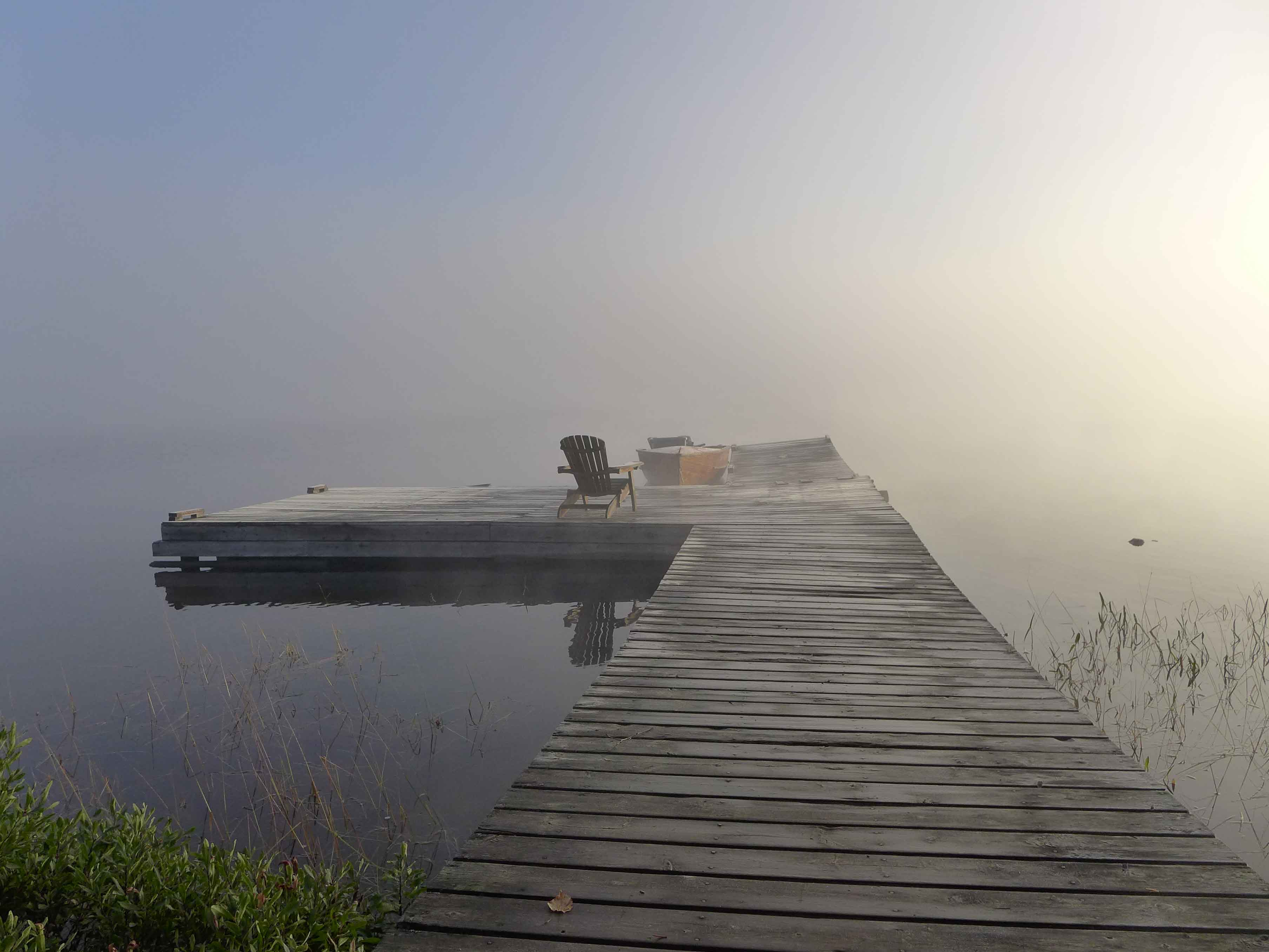 Holzsteg im Morgennebel