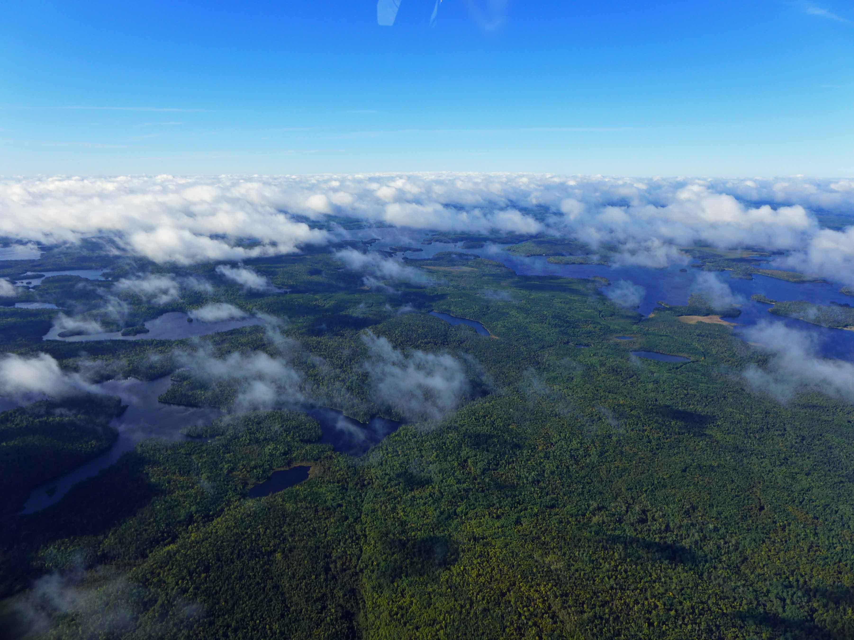 Ontario von oben: Wald, Wasser und Wolken.