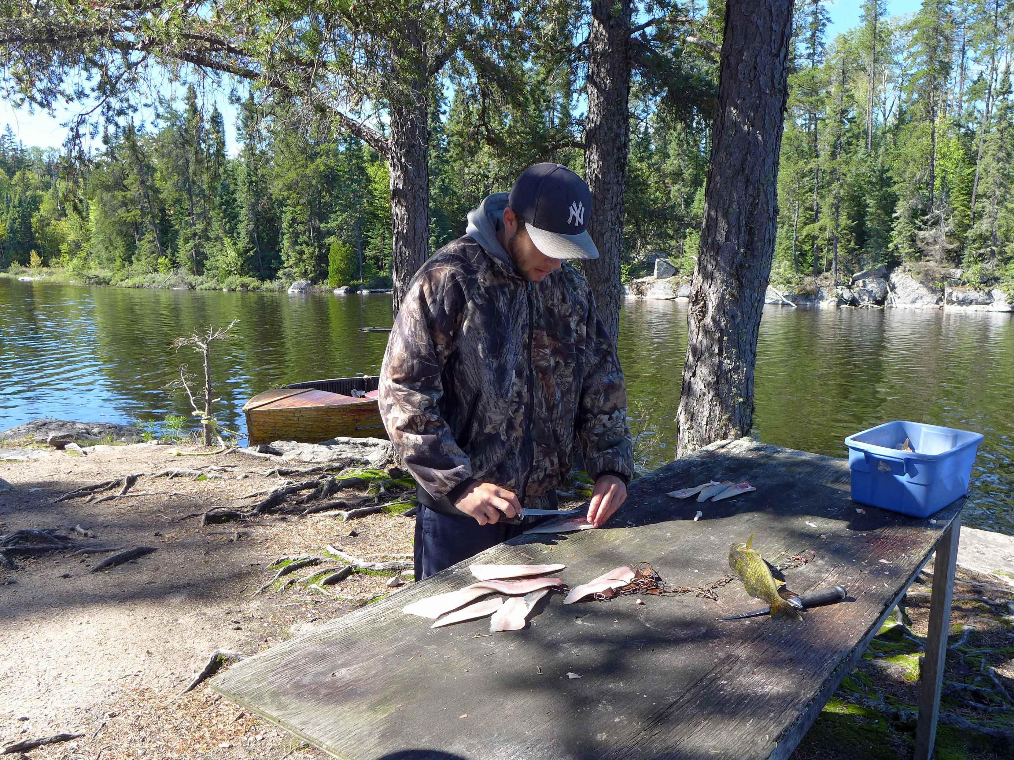 Mann filetiert Fische