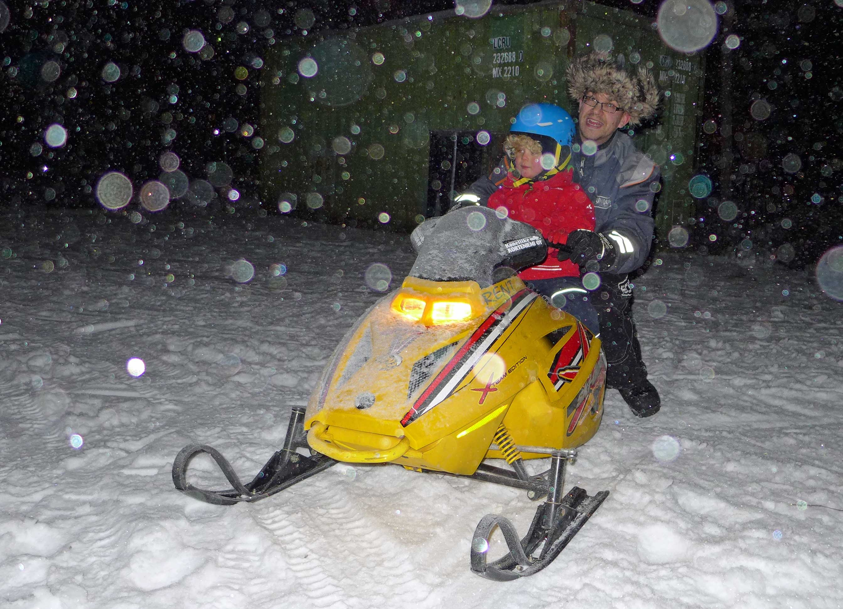 Kind im Kinder-Schneemobil