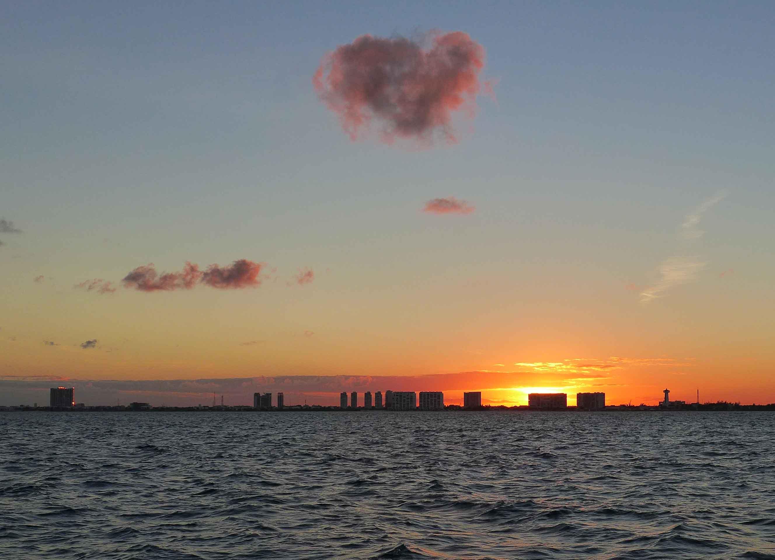 Herziger Sonnenuntergang  vor der Skyline Canúns.