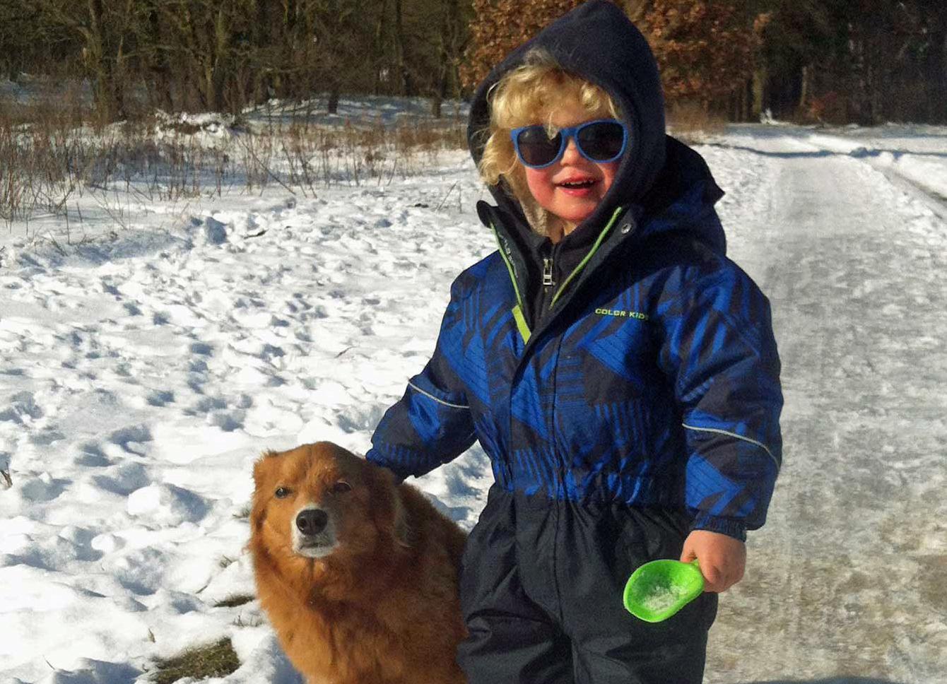 Kind und Hund im Schnee