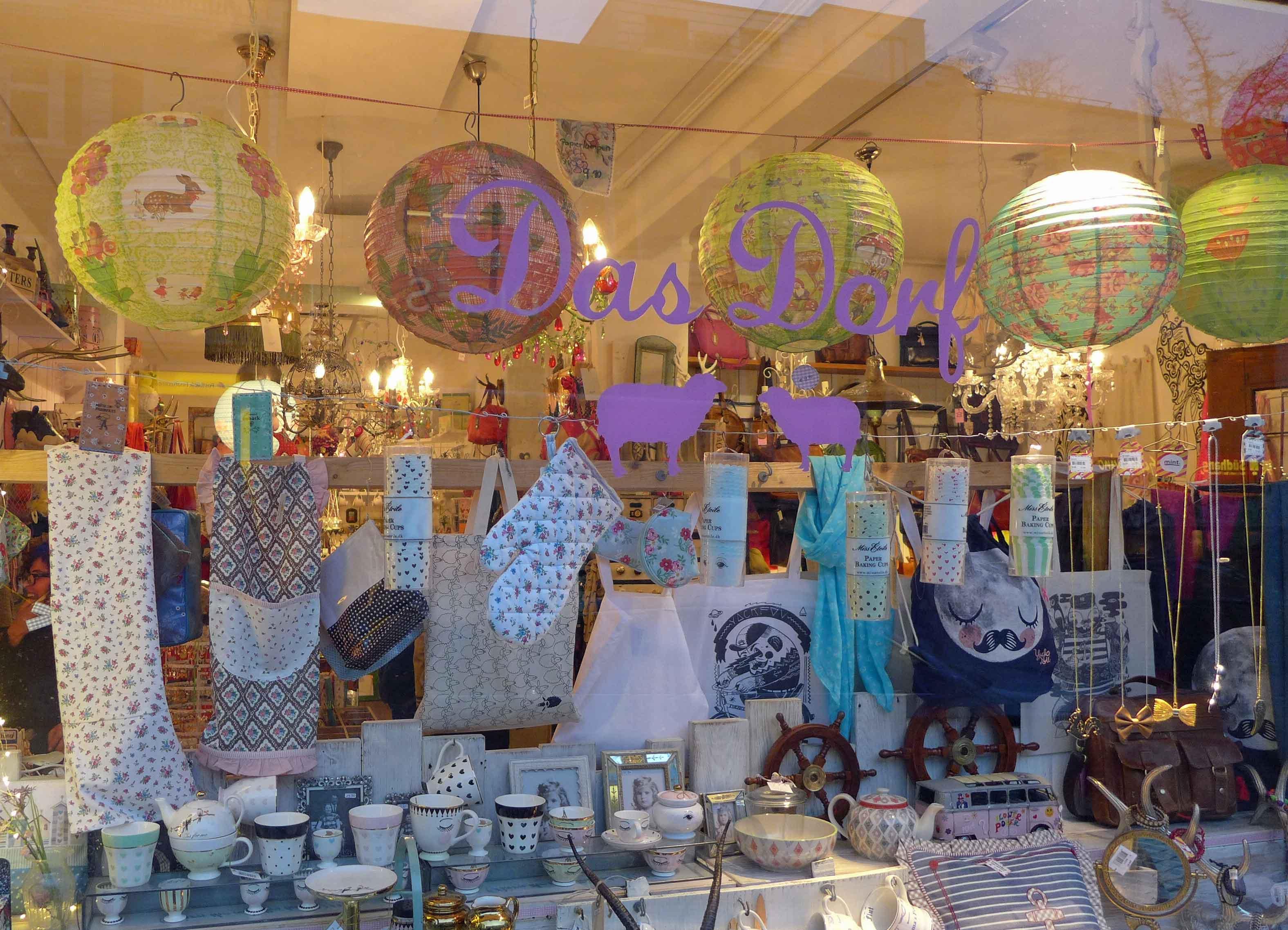 Schaufenster mit bunten Lampions, Trockentüchern und schönem Schnickschnack