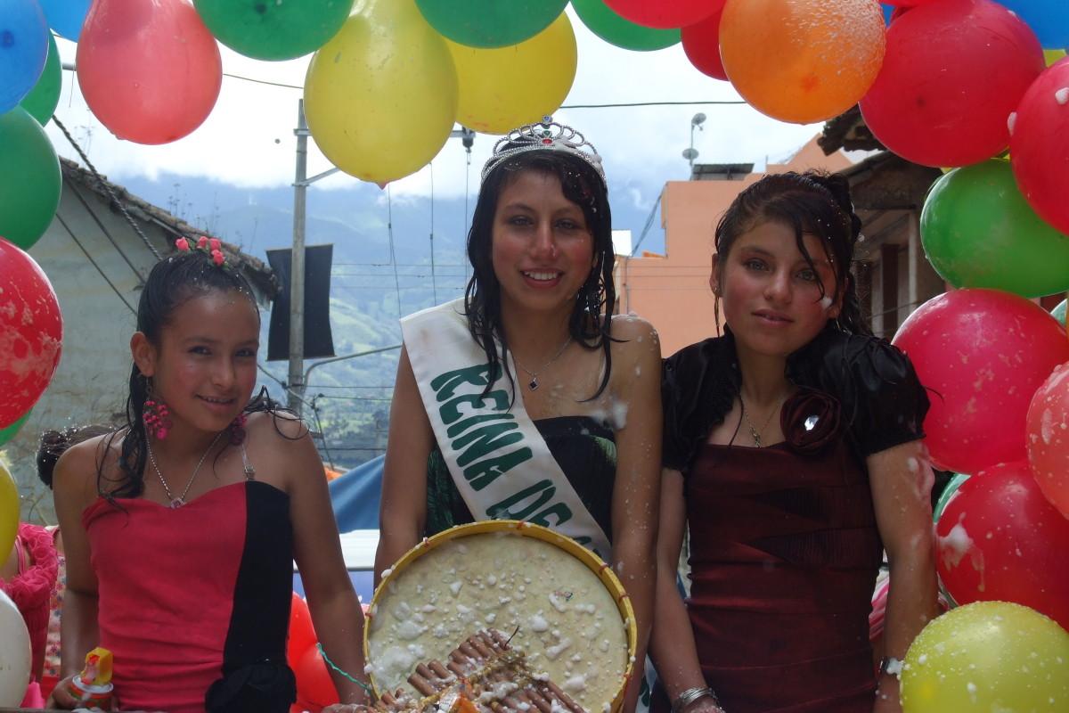 karneval in ecuador mit wasser mehl und rasierschaum. Black Bedroom Furniture Sets. Home Design Ideas