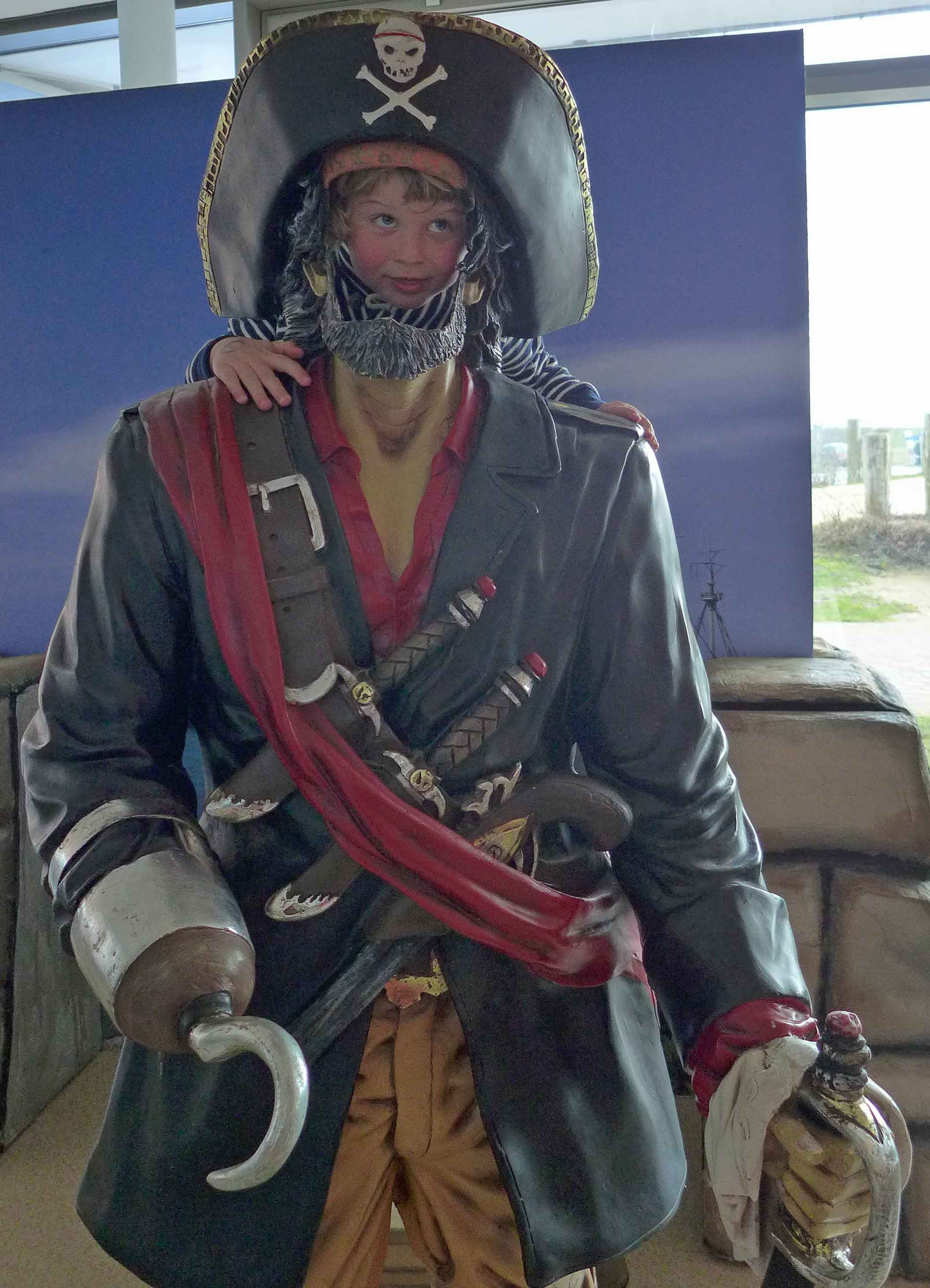 Kind schaut durch Piratenfigur.