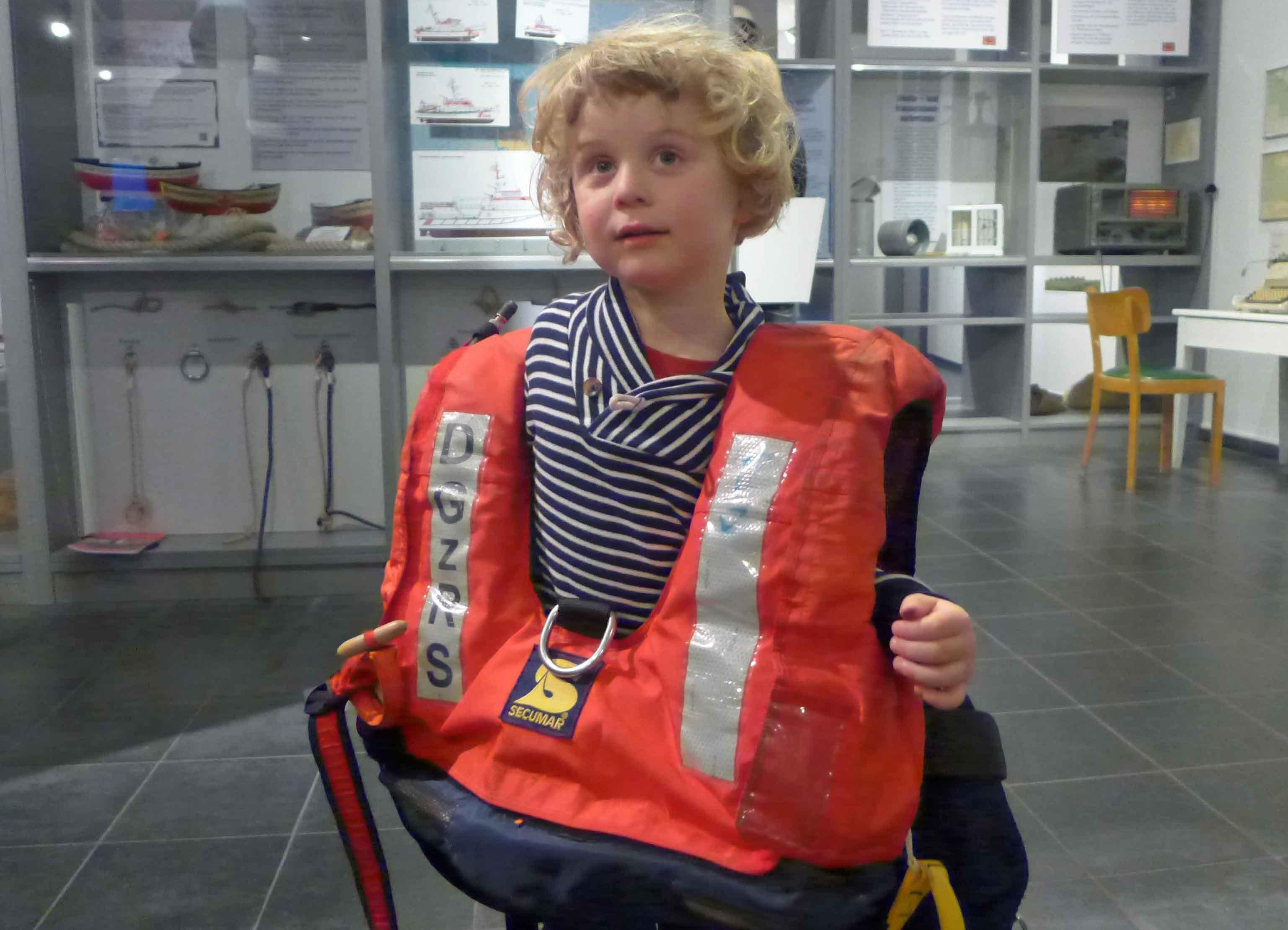 Kind mit schwerer Rettungsweste.