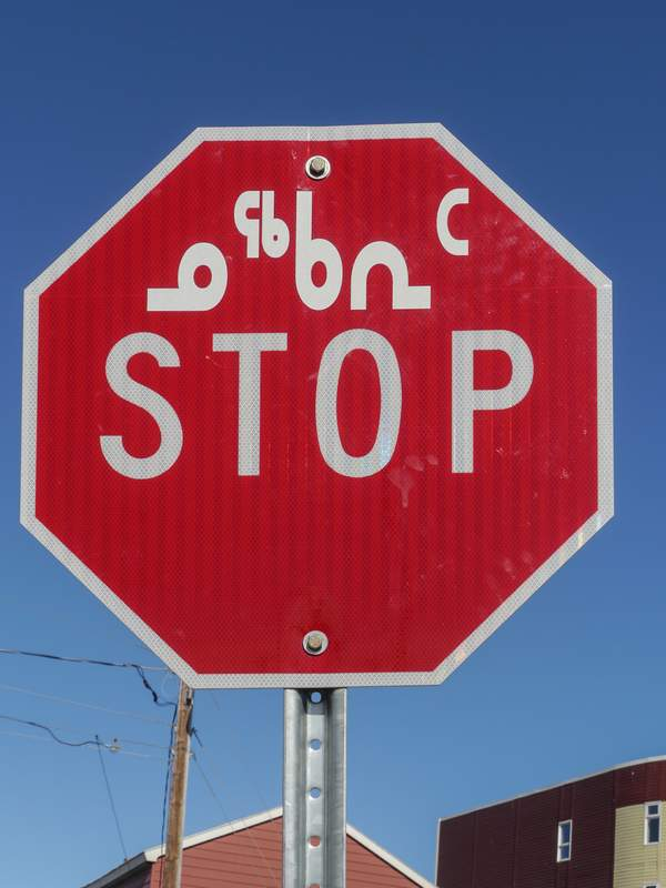 Stop auf Inuktitut - wie durcheinanderkugelnde Männchen...