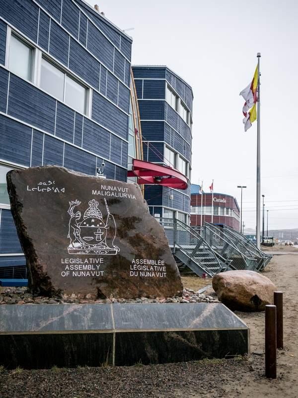 Iqaluits Parlamentsgebäude, Nunavut, Gründungsstein