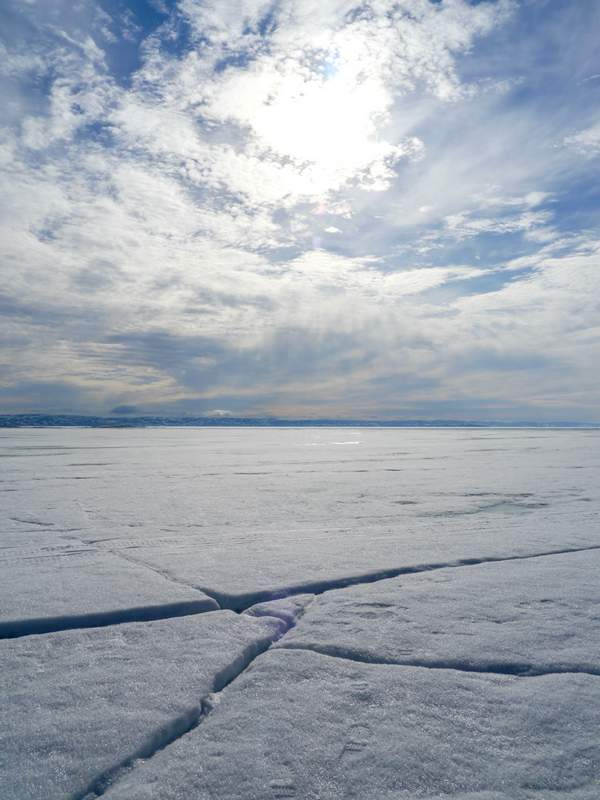 Spalten im Eis unter strahlendem Himmel
