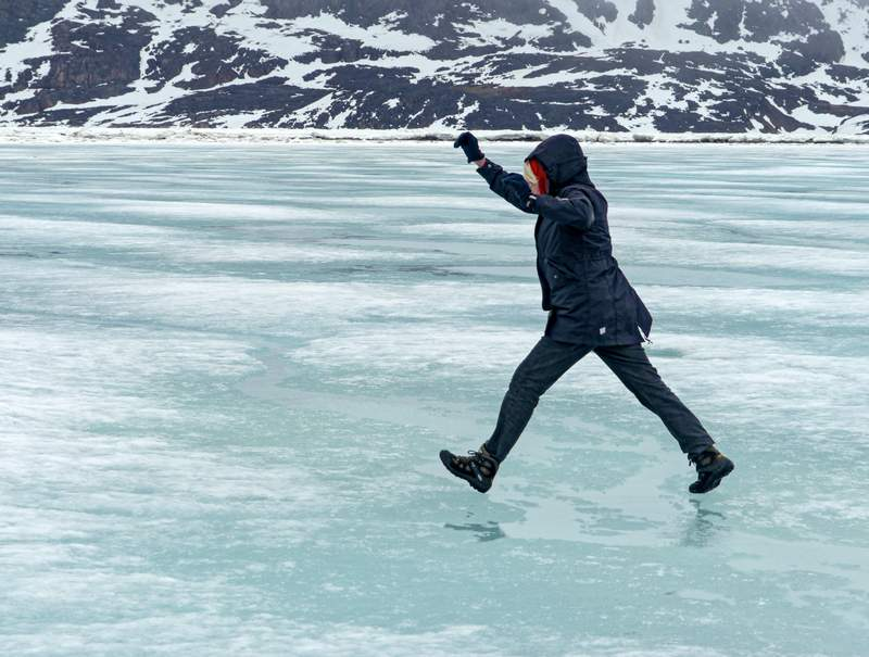 Ein herzhafter Sprung auf dem Eis, wenn man die Frühlingspfützen nicht umlaufen will...