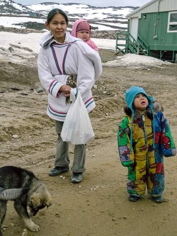Inuit-Frau mit Kind in der Kapuze
