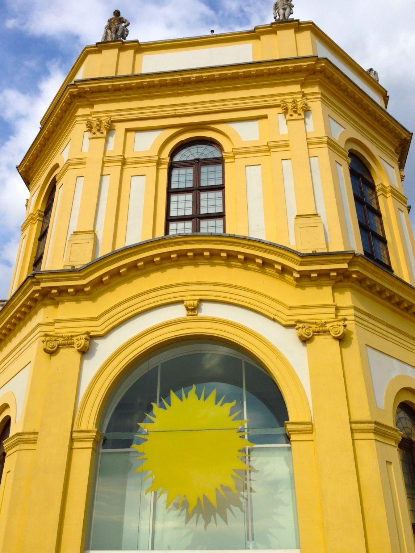 Eingang zum Orangerieschloss und Planetarium in der Karlsaue