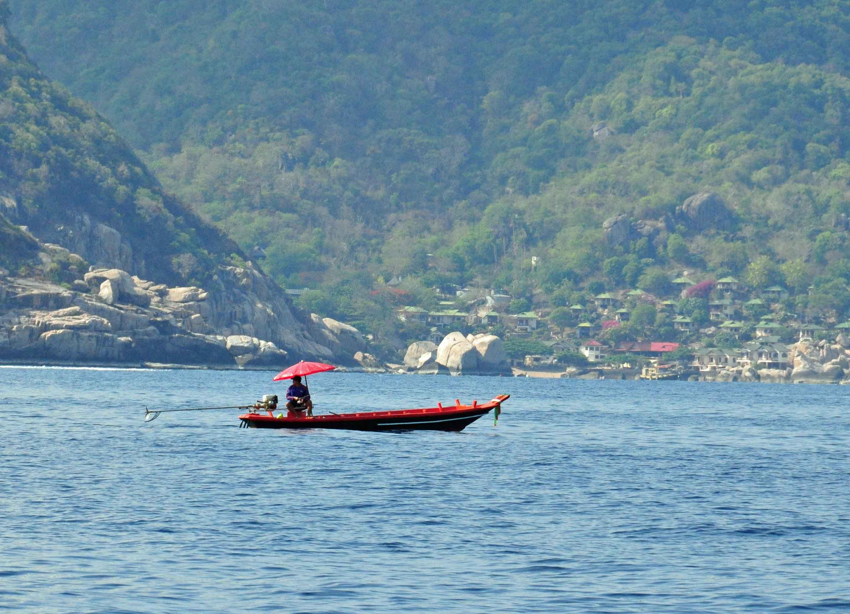 Thailändisches Boot mit rotem Sonnenschirm