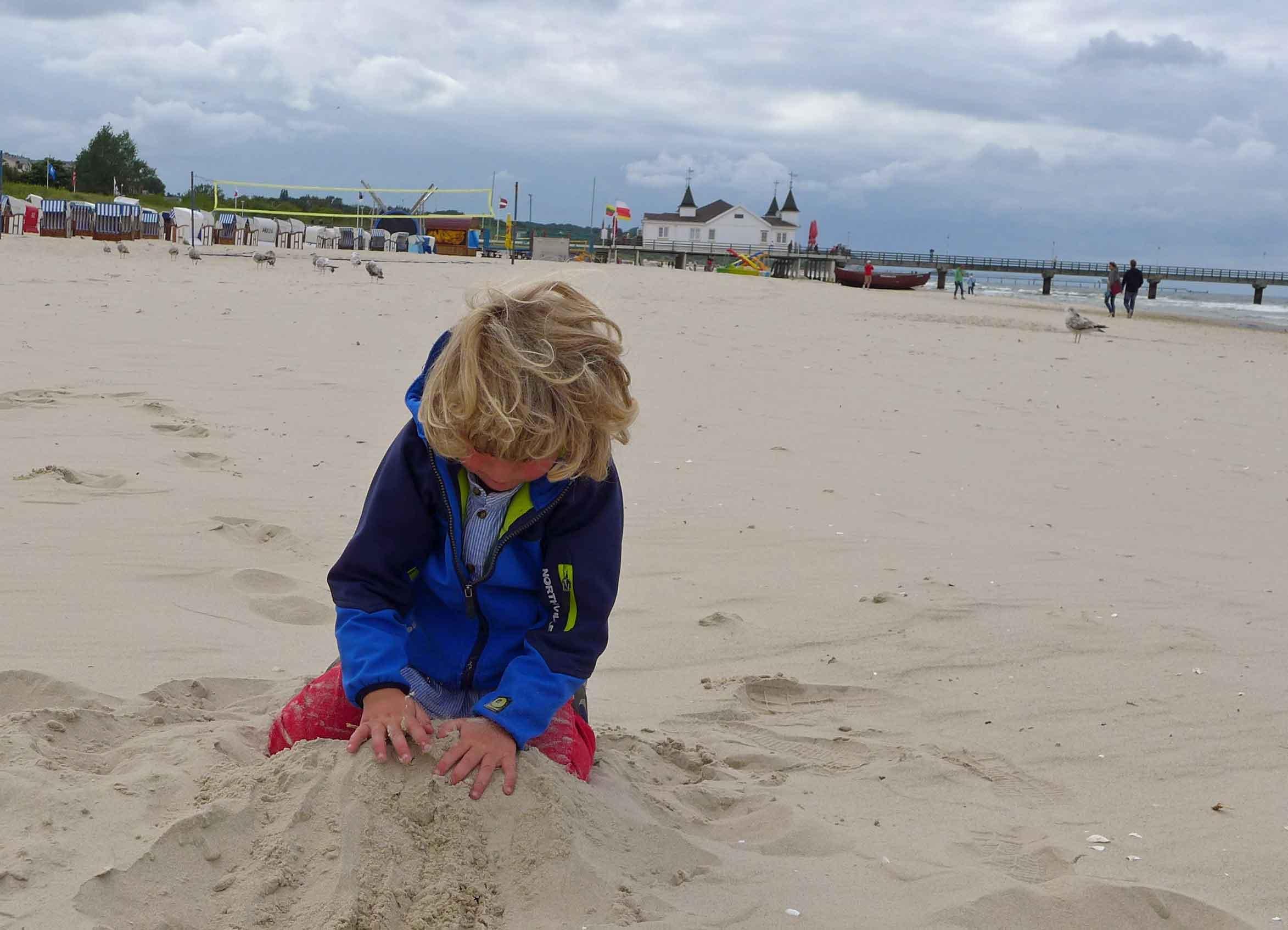 Frederik buddelt im Sand auf Usedom,  Familienurlaub Usedom, Tipps Familienreise, Aktivurlaub mit der Familie, Usedom-Urlaub, Reiseblog. Reisefeder