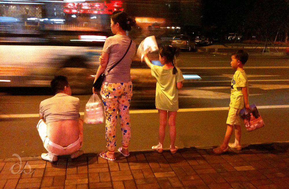 Familie wartet am Straßenrand