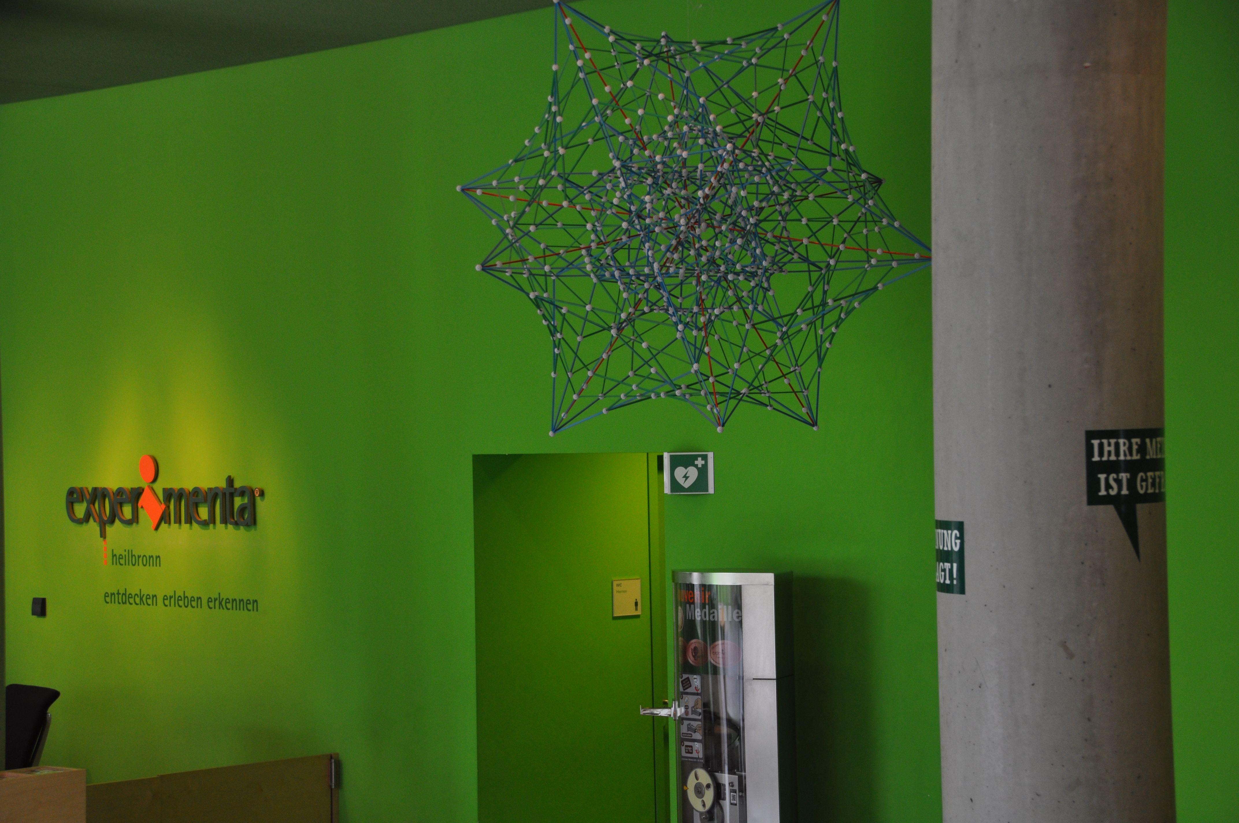 Experimenta Heilbronn Eingangshalle grüne Wände Atommodell Schriftzug Experimenta