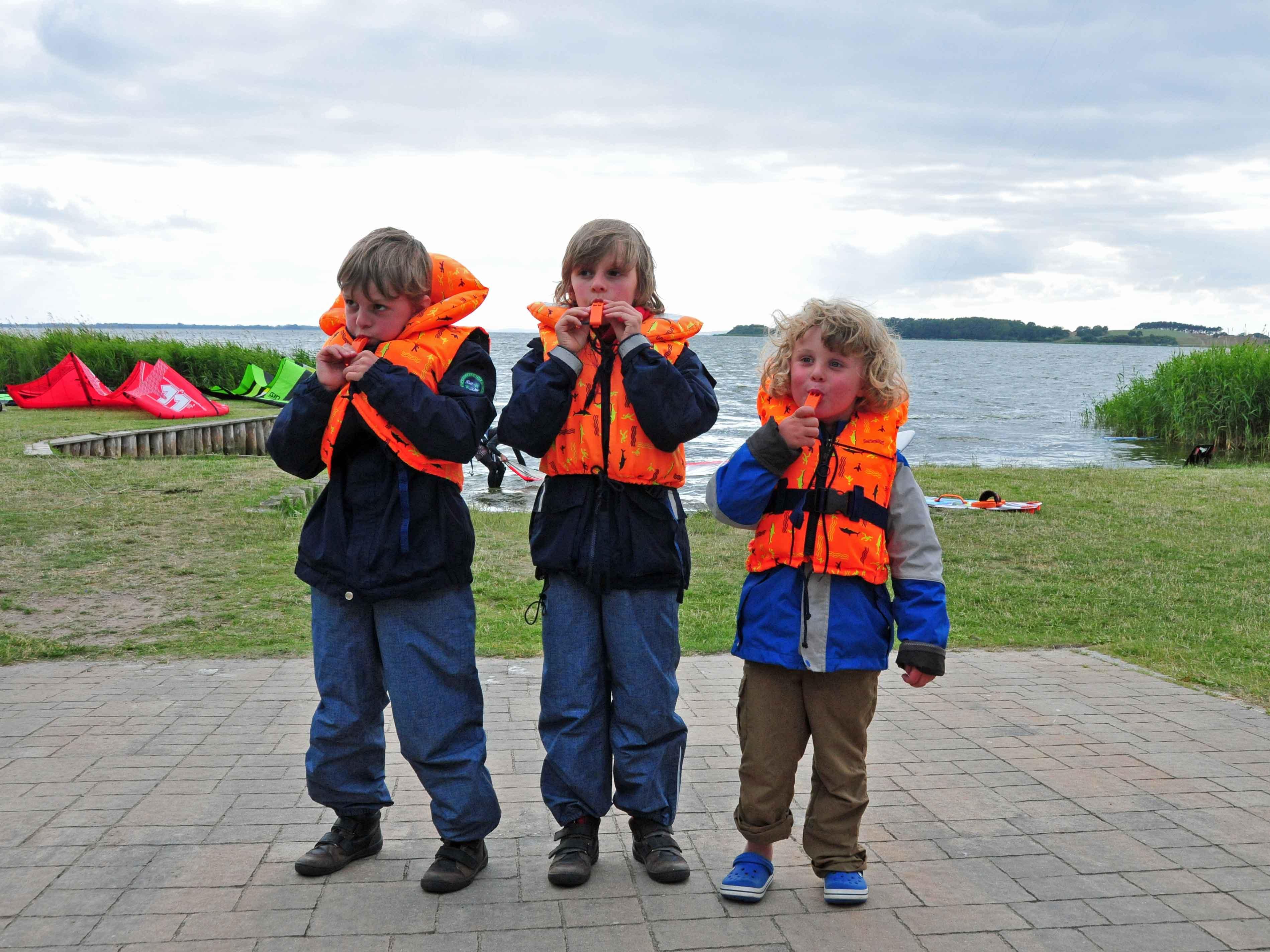 Drei Jungen in orangenen Schwimmwesten vor dem Café Knatter  in Ückeritz,  Familienurlaub Usedom, Tipps Familienreise, Aktivurlaub mit der Familie, Usedom-Urlaub, Reiseblog. Reisefeder