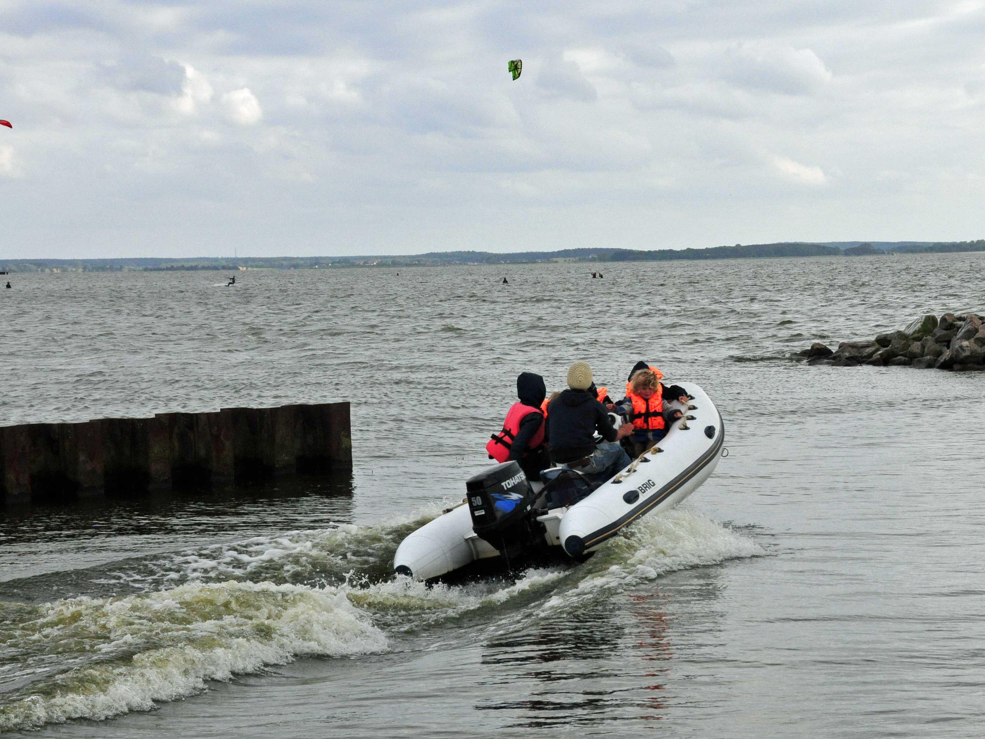 Kinder im Motorboot auf Usedom, Familienurlaub Usedom, Tipps Familienreise, Aktivurlaub mit der Familie, Usedom-Urlaub, Reiseblog. Reisefeder