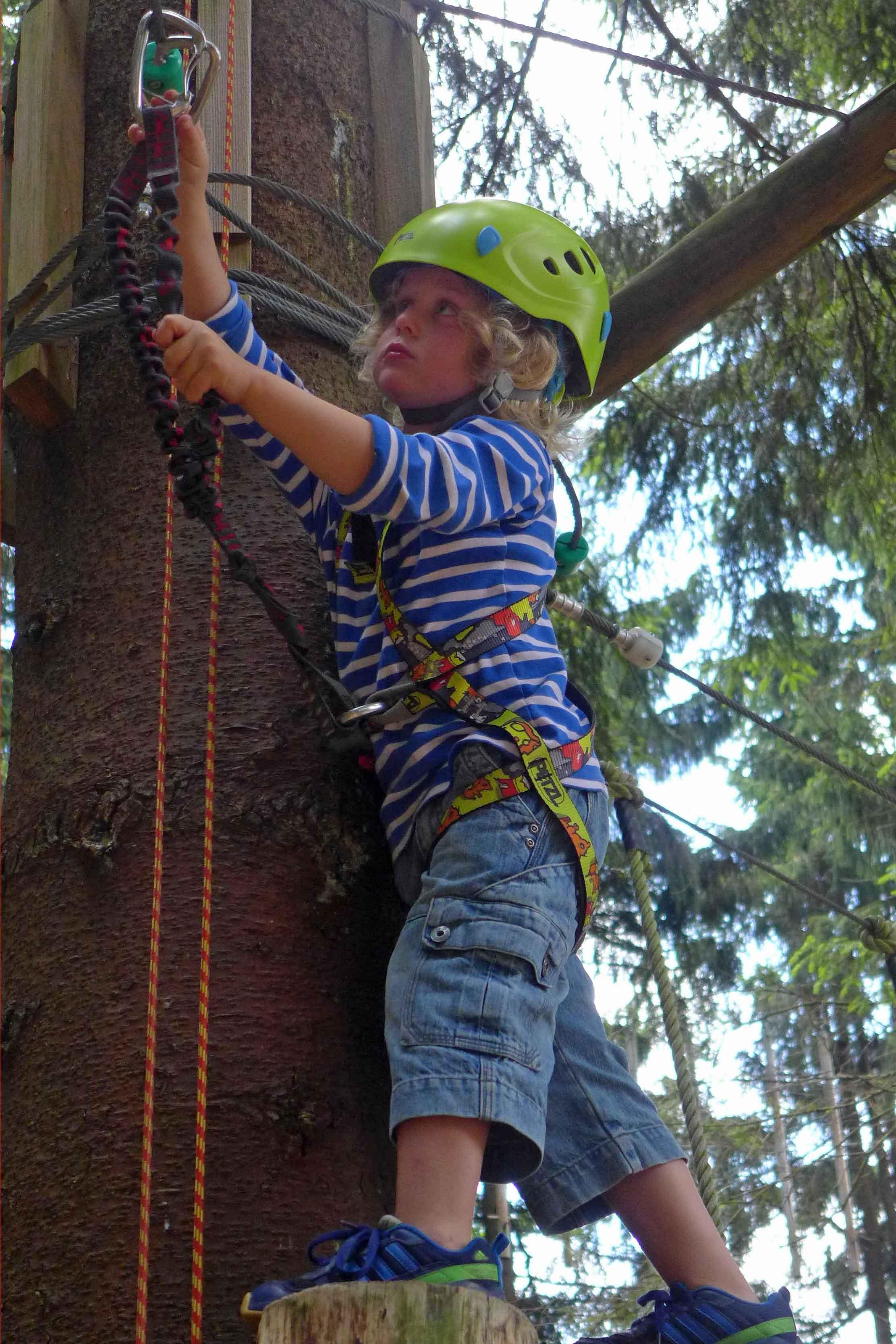 Cool auch für die KLeinsten, die sich im kletterwald St. Englmar mit voller Konzentration selber sichern