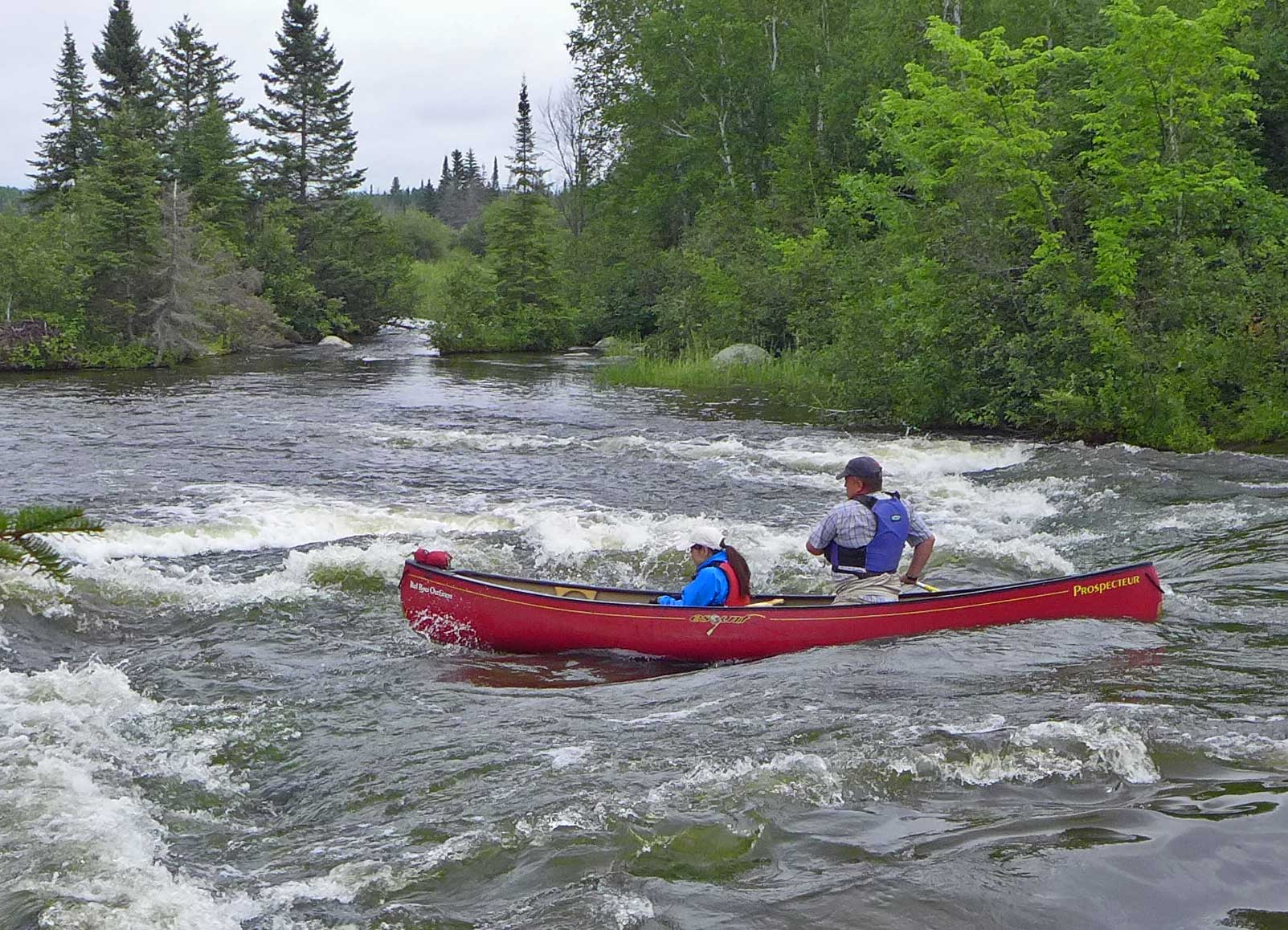 Kanu faährt durch Stromschnellen auf dem Pinawa Channel, Manitoba