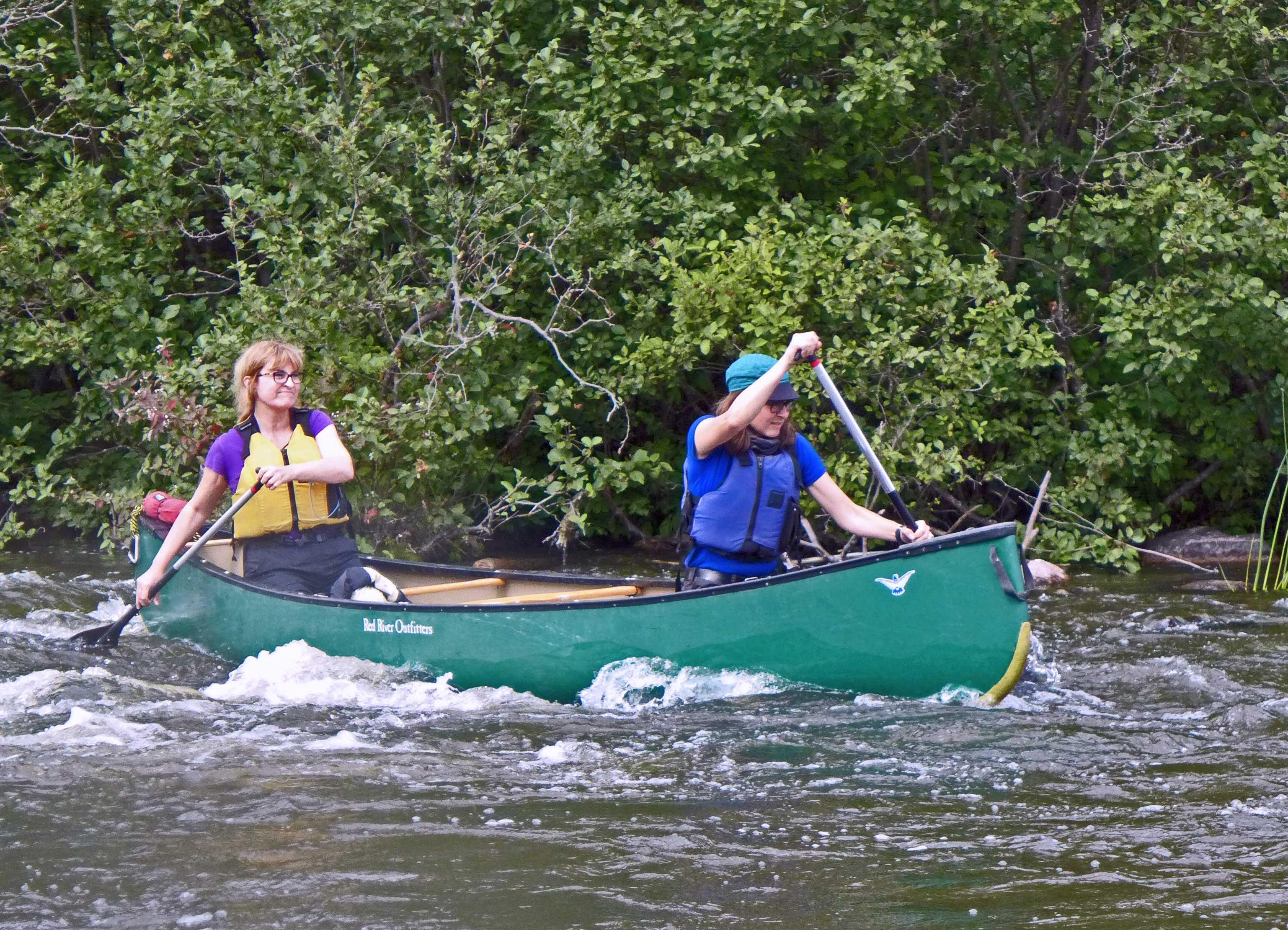 Zwei Frauen paddeln durch Stromschnellen auf dem Pinawa Channel in Manitoba