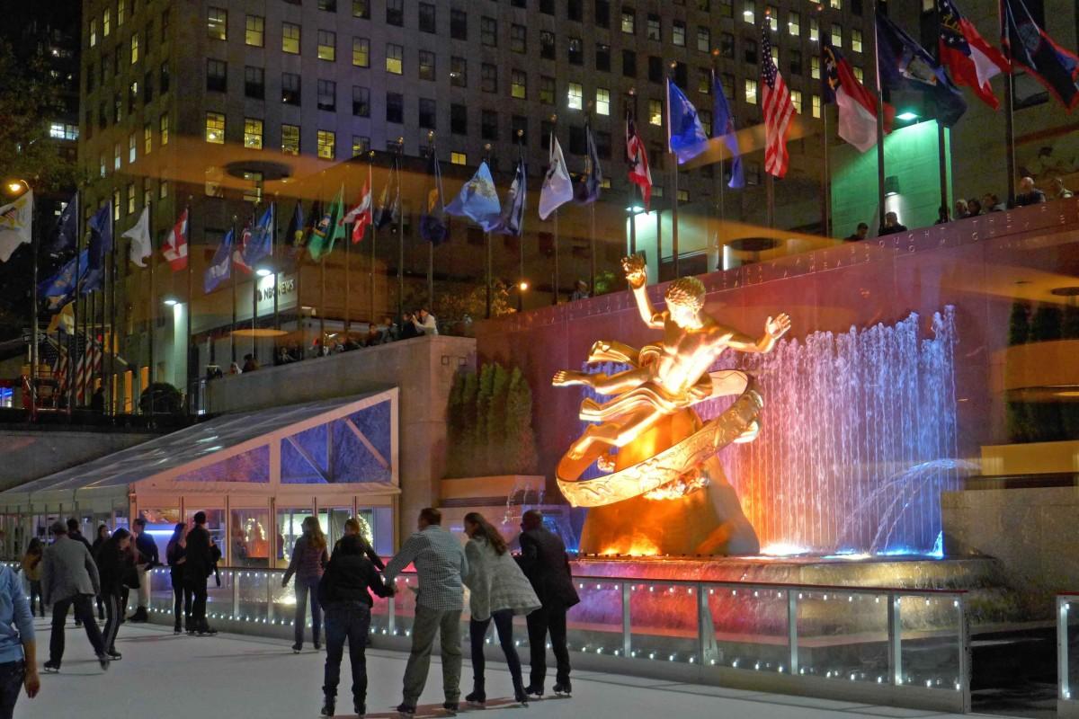 Schlittschuhbahn mit dem goldenen Prometheus am Rockefeller Center