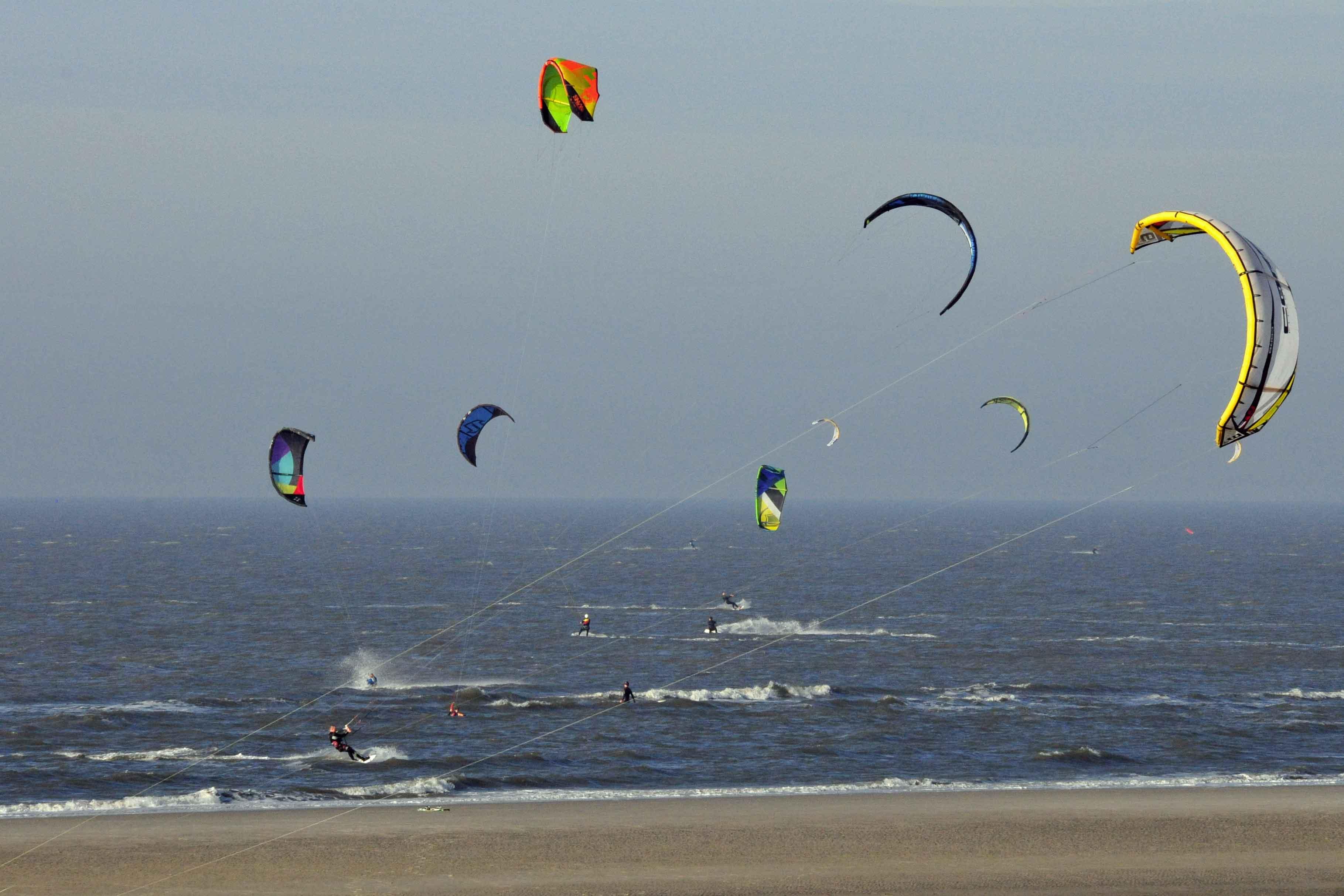 Kitesurfer, soweit das Auge reicht. Wie machen die das nur, dass sie sich nicht verheddern? Ein Rätsel