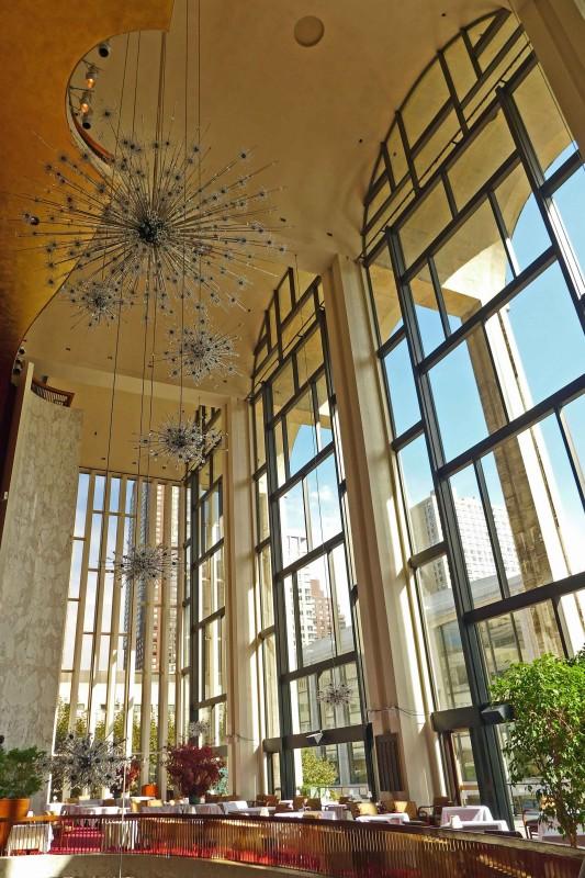 Die Metropolitan Oper, kurz Met, in new York. Große Glasfenster und wunderbare Kronleuchter udn