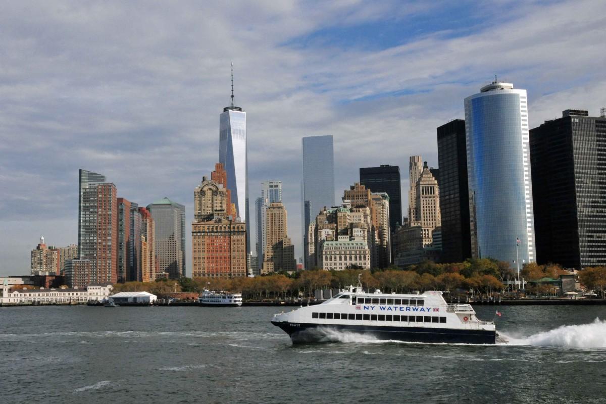 Die Skyline von New York zeigt sich vom wasser in voller Schönheit