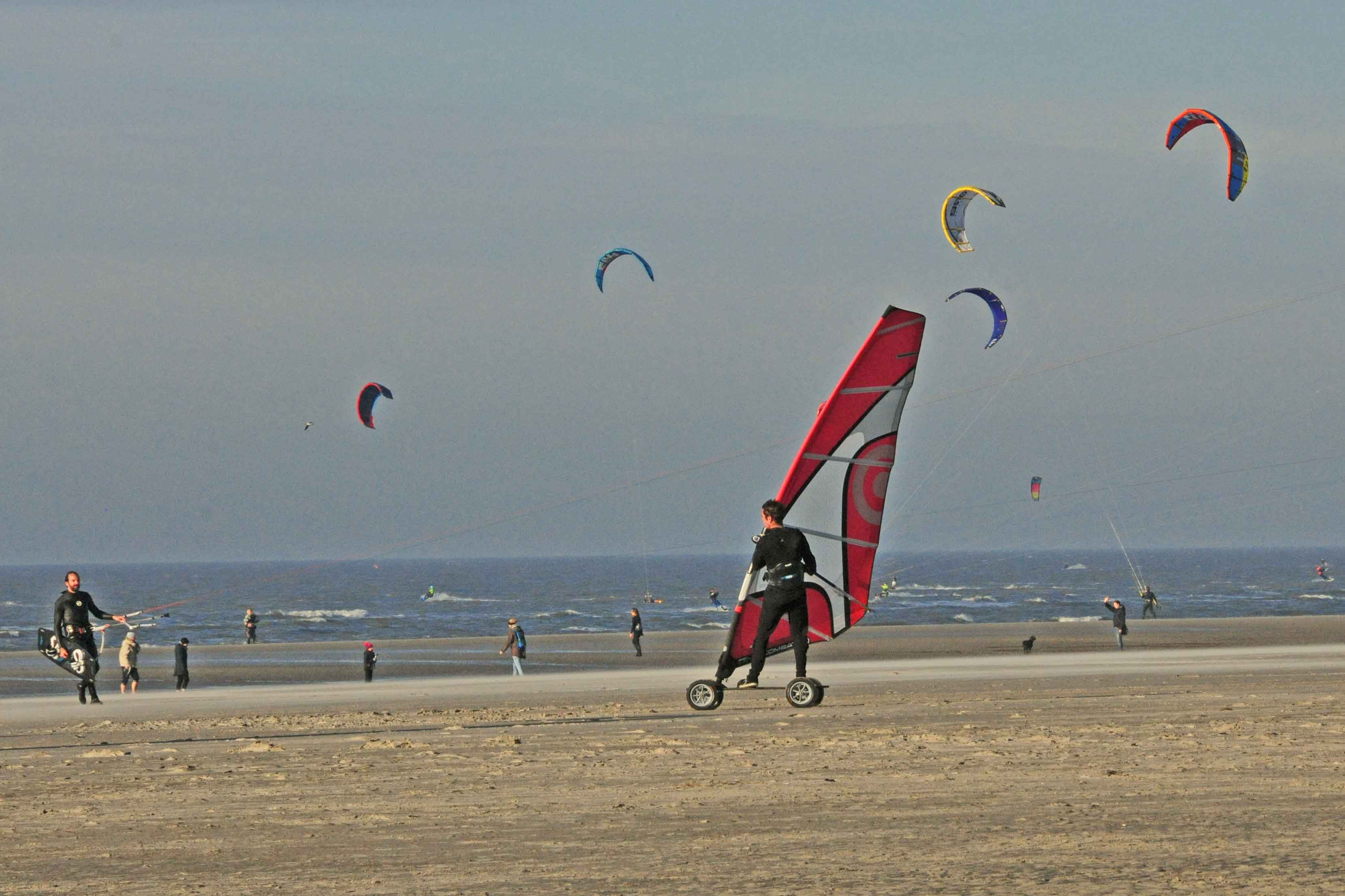 Viel los am Strand: Strandsurfer, Spaziergänger, spielende Kinder. Gut, dass Ebbe war