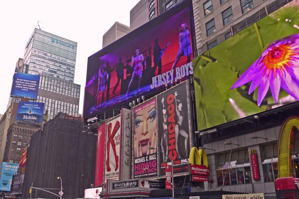 Plakate werben um Aufmerksamkeit am Broadway