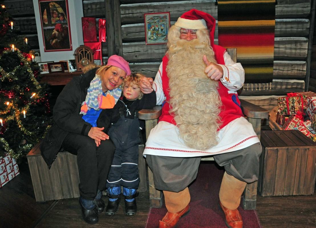 Silke HAas mit Sohn beim Weihnachtsmann in Rovaniemi