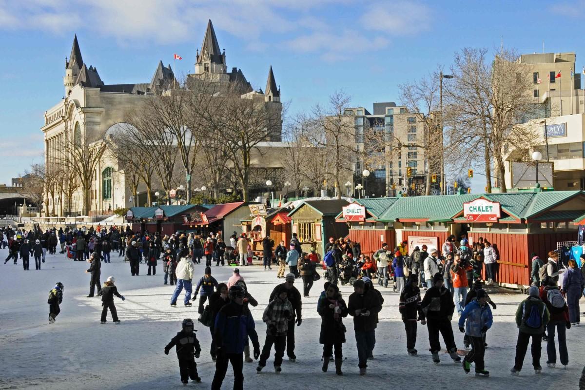 Bunte Verkaufsbuden auf dem Rideau-Kana, der längstenEisbahn der Welt